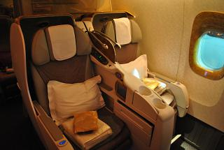 Места бизнес-класса в самолете Боинг-777-300 авиакомпании Emirates