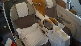 Пассажирские кресла бизнес-класса в самолете Боинг-777-200 авиакомпании Emirates