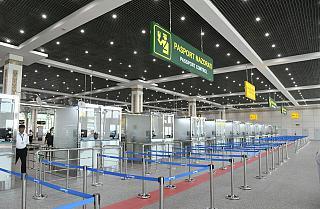 Кабинки пограничного контроля в терминале прилета аэропорта Ташкент