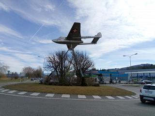 Стелла с истребителем DH.100 Vampire перед въездом в аэропорт Альтенрайн