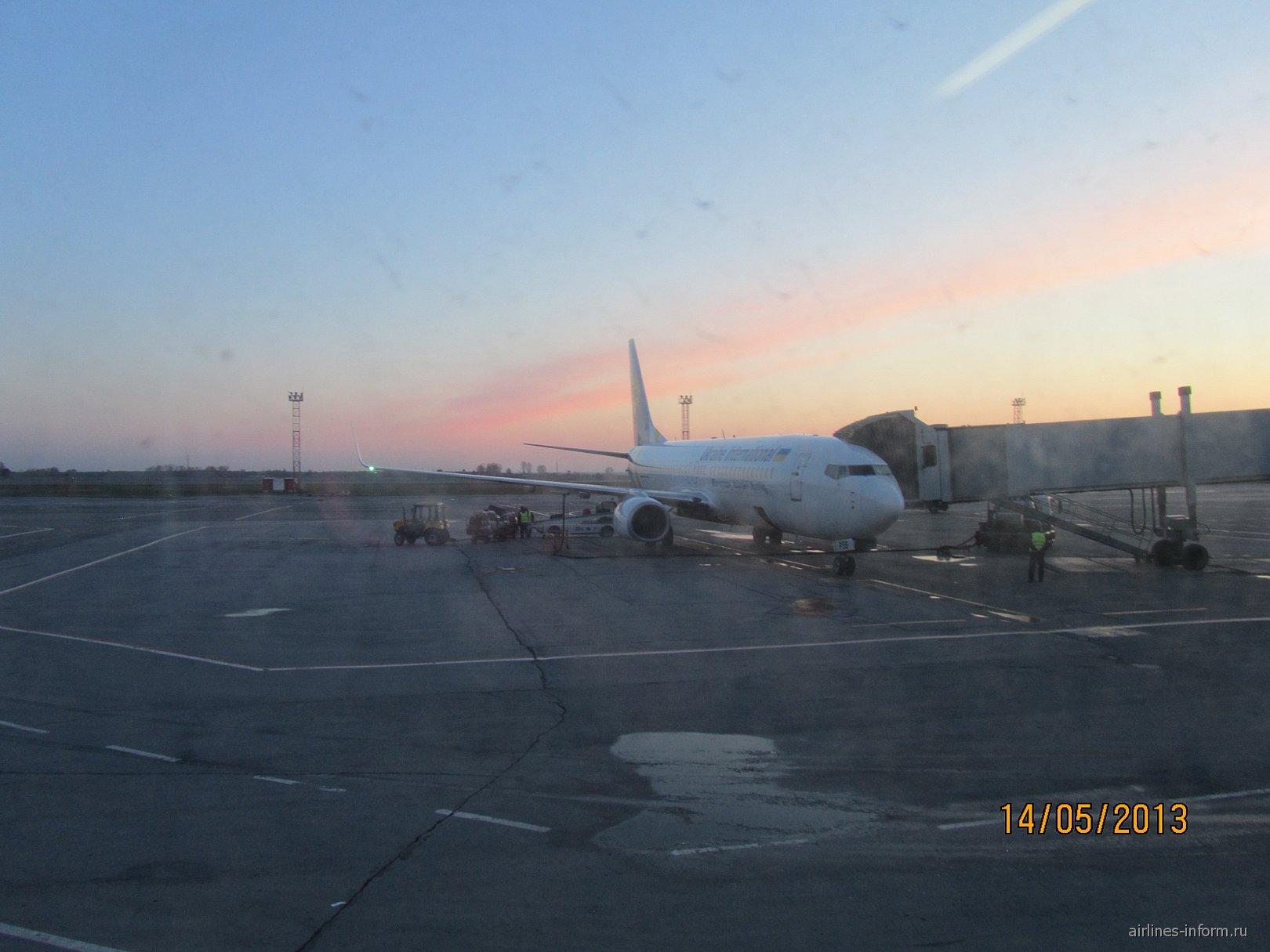 Боинг-737-800 Международных авиалиний Украины в аэропорту Толмачево