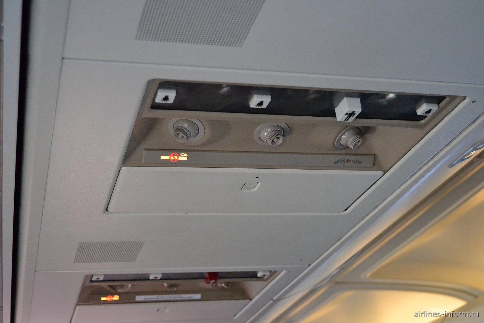 Панель над пассажирским креслом в Боинге-737-400
