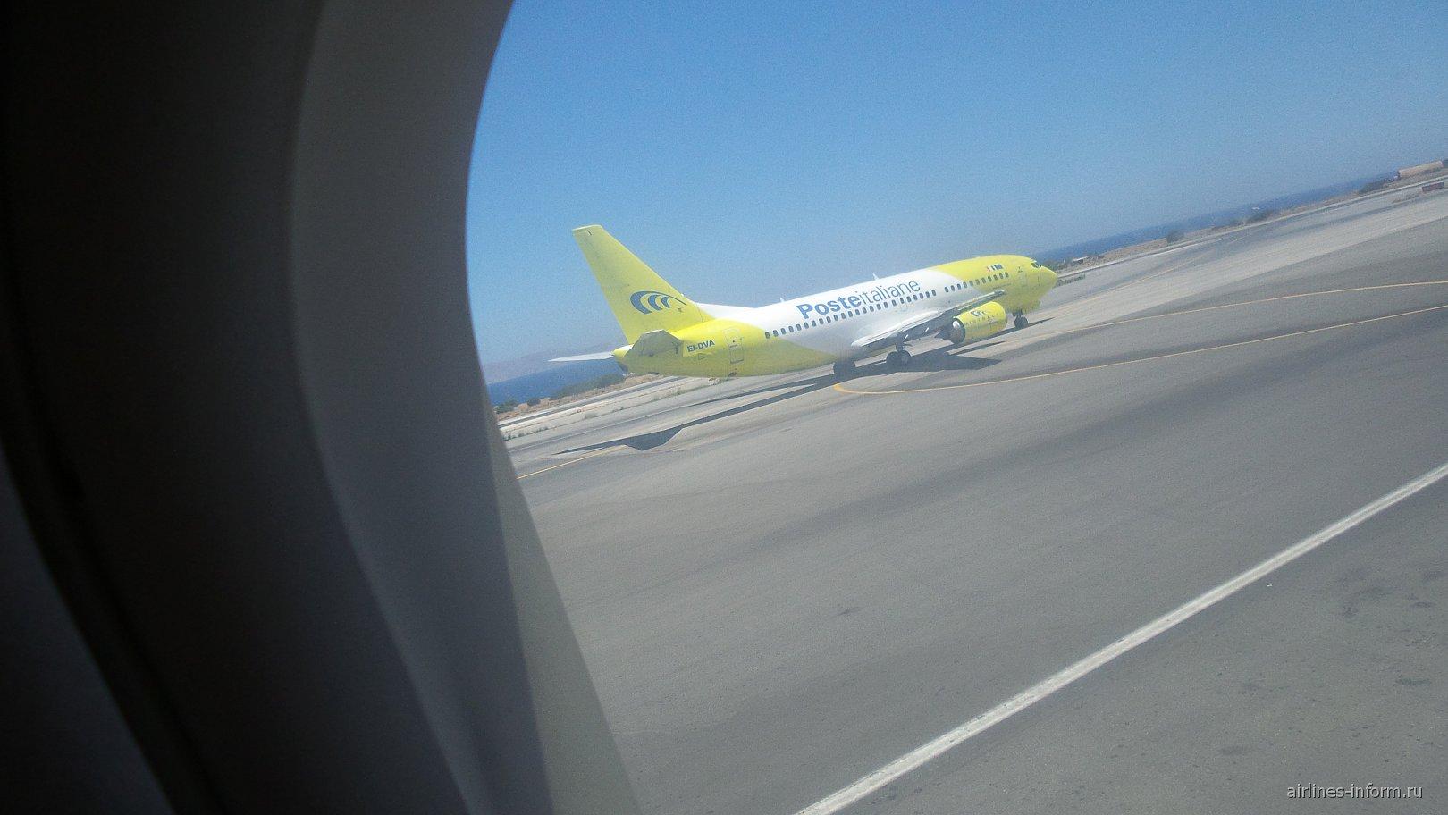 Боинг 737-500 PosteItaliana едет на взлет.Бортовой номер несколько забавный EL-DVA).