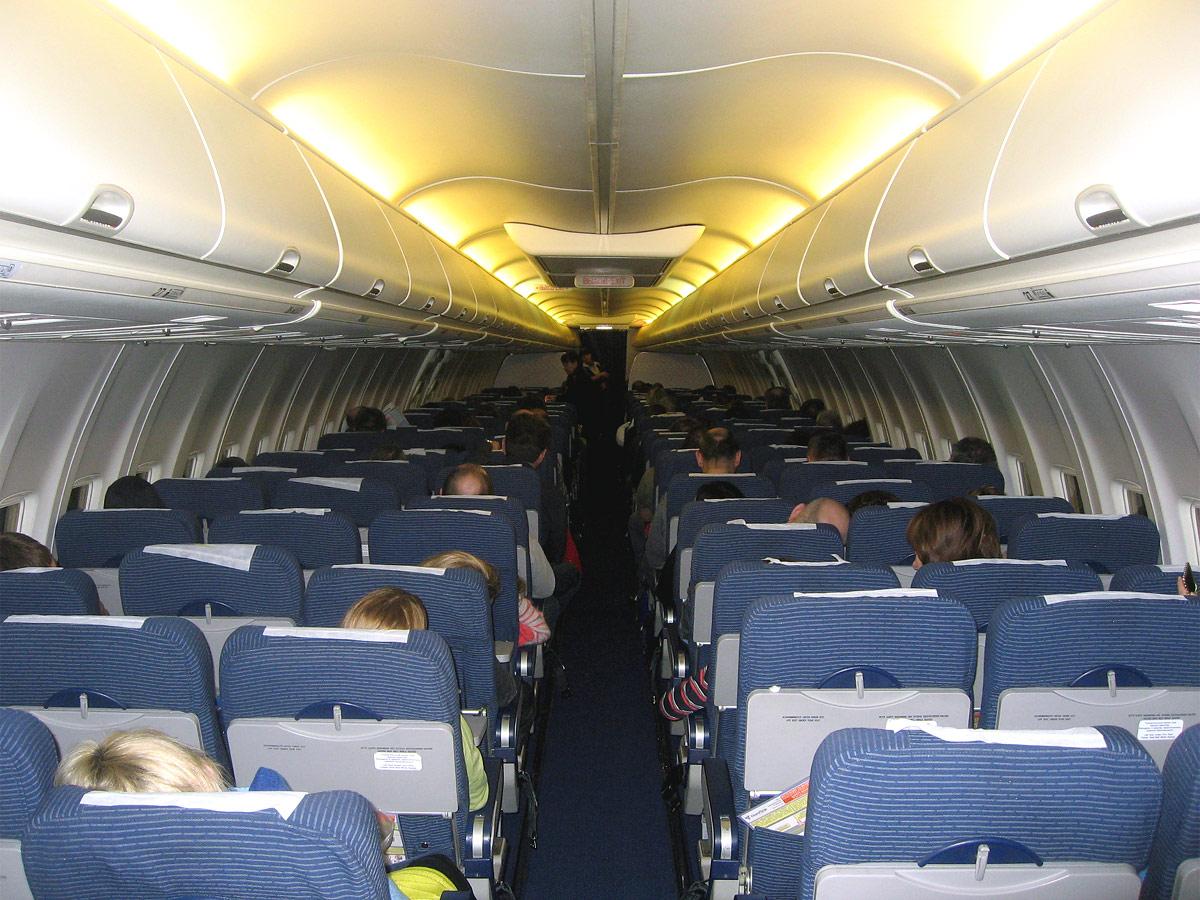 Салон эконом-класса в самолете Боинг-737-800 авиакомпании НордСтар
