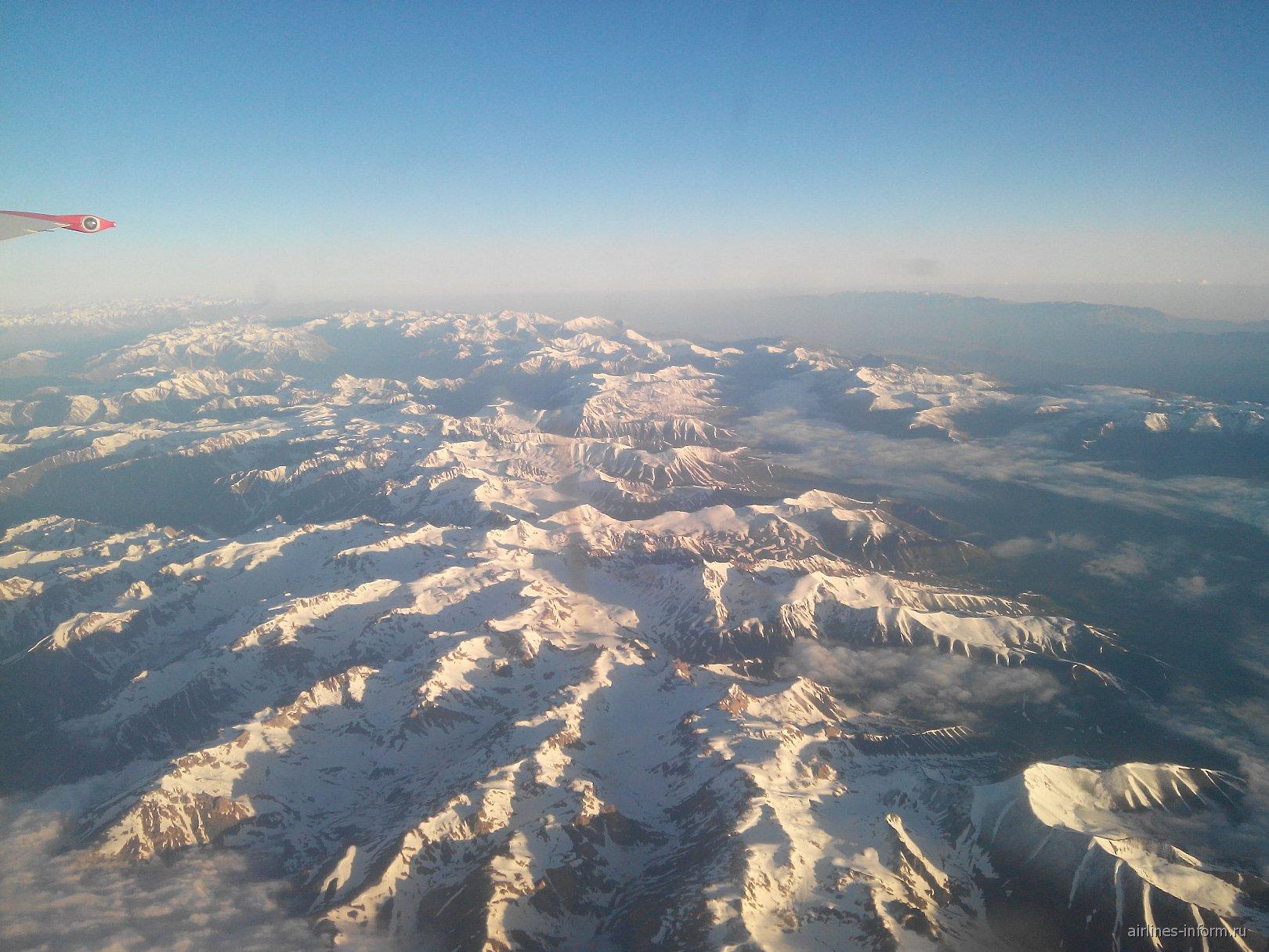Снежные вершины Тянь-Шаня