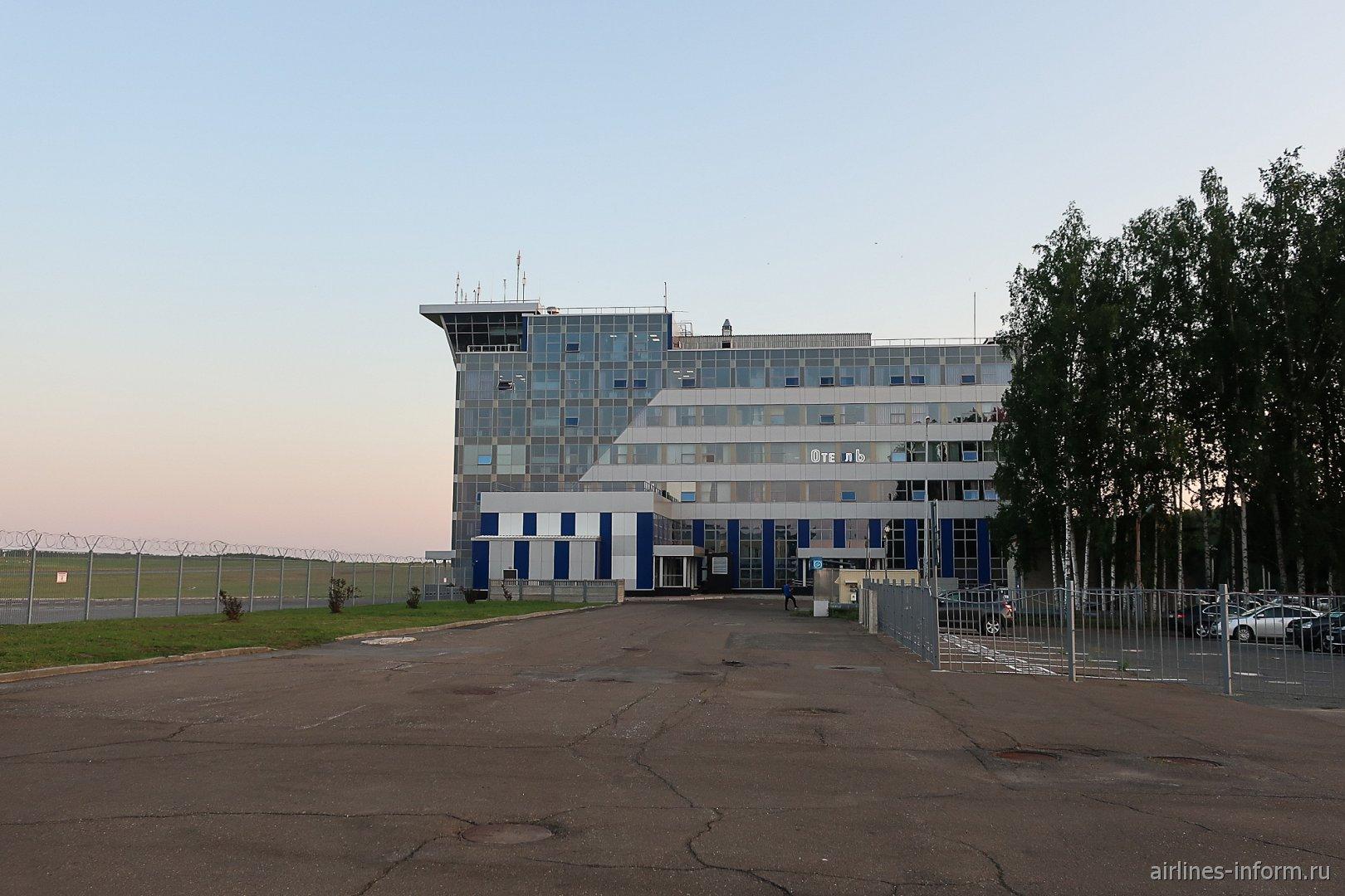 Диспетчерская башня и отель Skyline на привокзальной площади аэропорта Томск