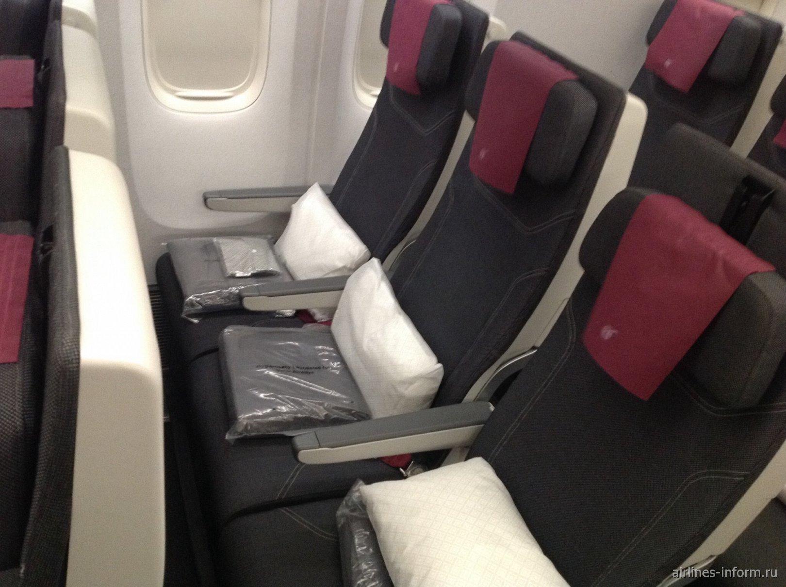 Пассажирские кресла эконом-класса в самолете Boeing 777-300ER Катарских авиалиний