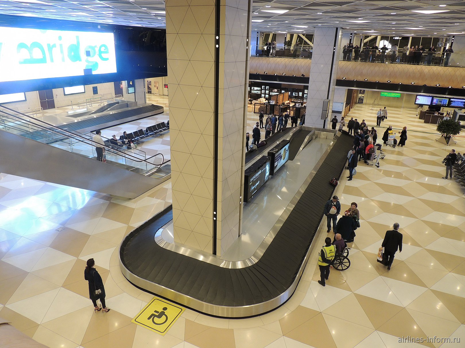 Зал выдачи багажа в терминале 1 аэропорта Баку имени Гейдара Алиева