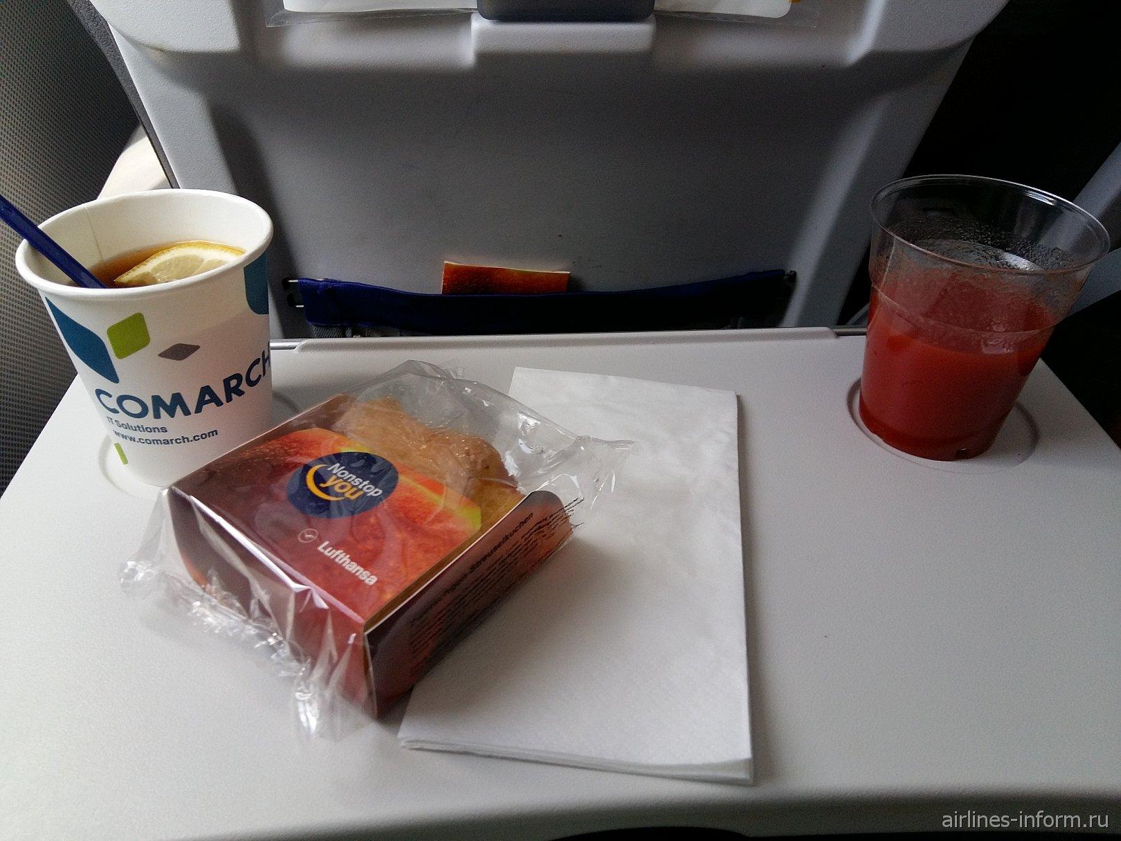 Сливовый бисквит и напитки на рейсе Барселона-Мюнхен авиакомпании Lufthansa
