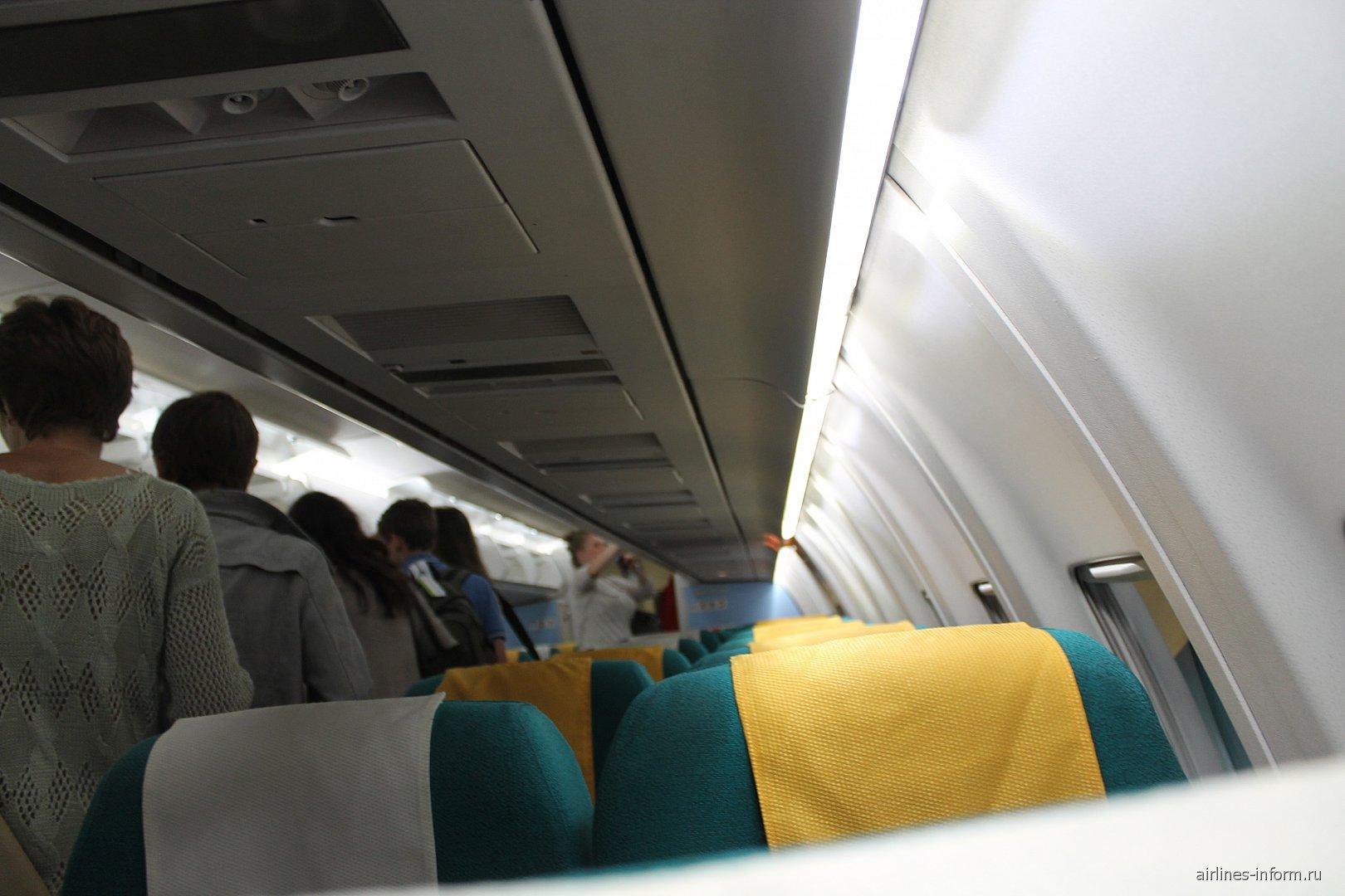 Салон самолета Фоккер-70 Австрийских авиалиний
