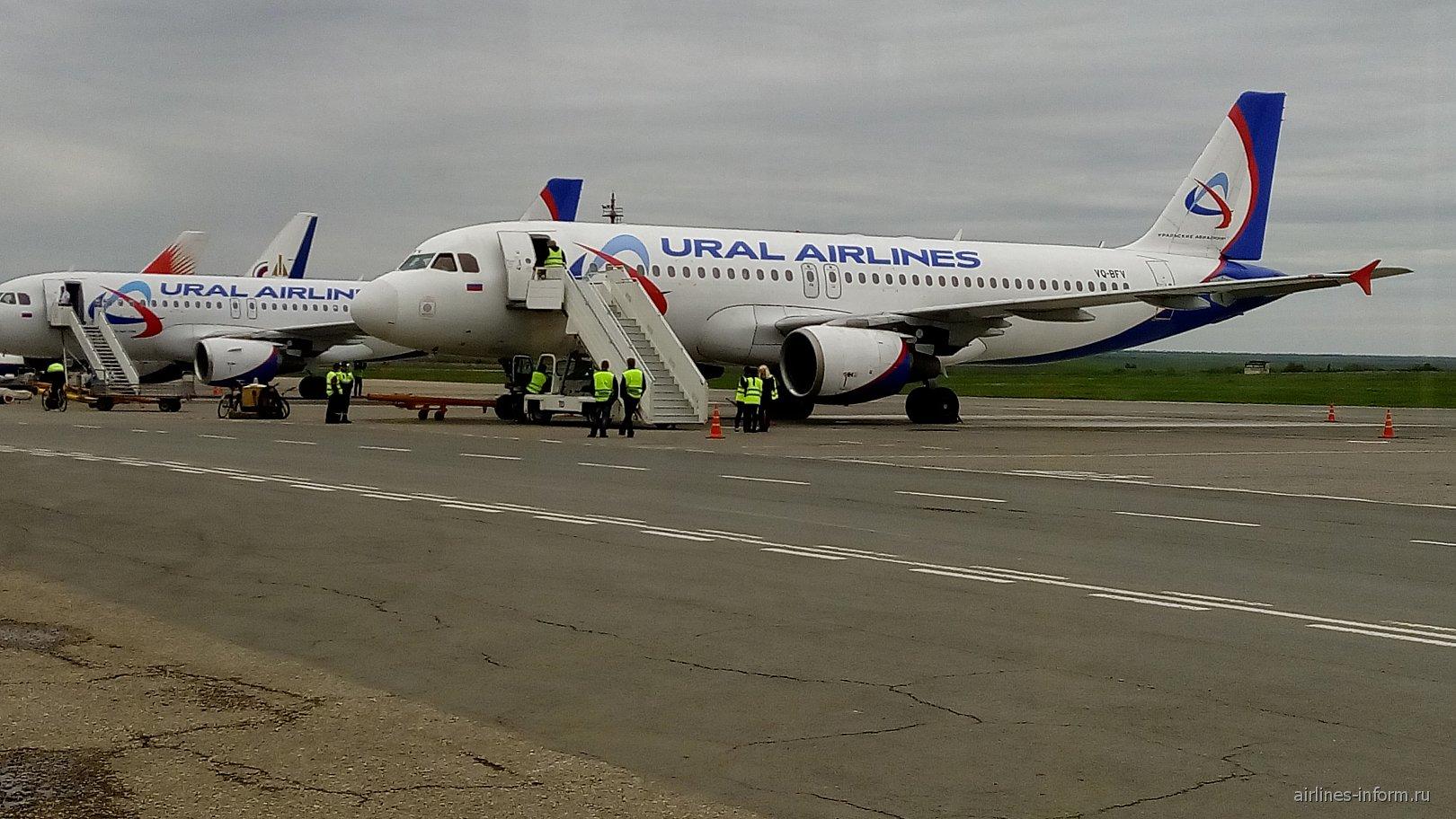 Самолеты Уральских авиалиний в аэропорту Симферополь