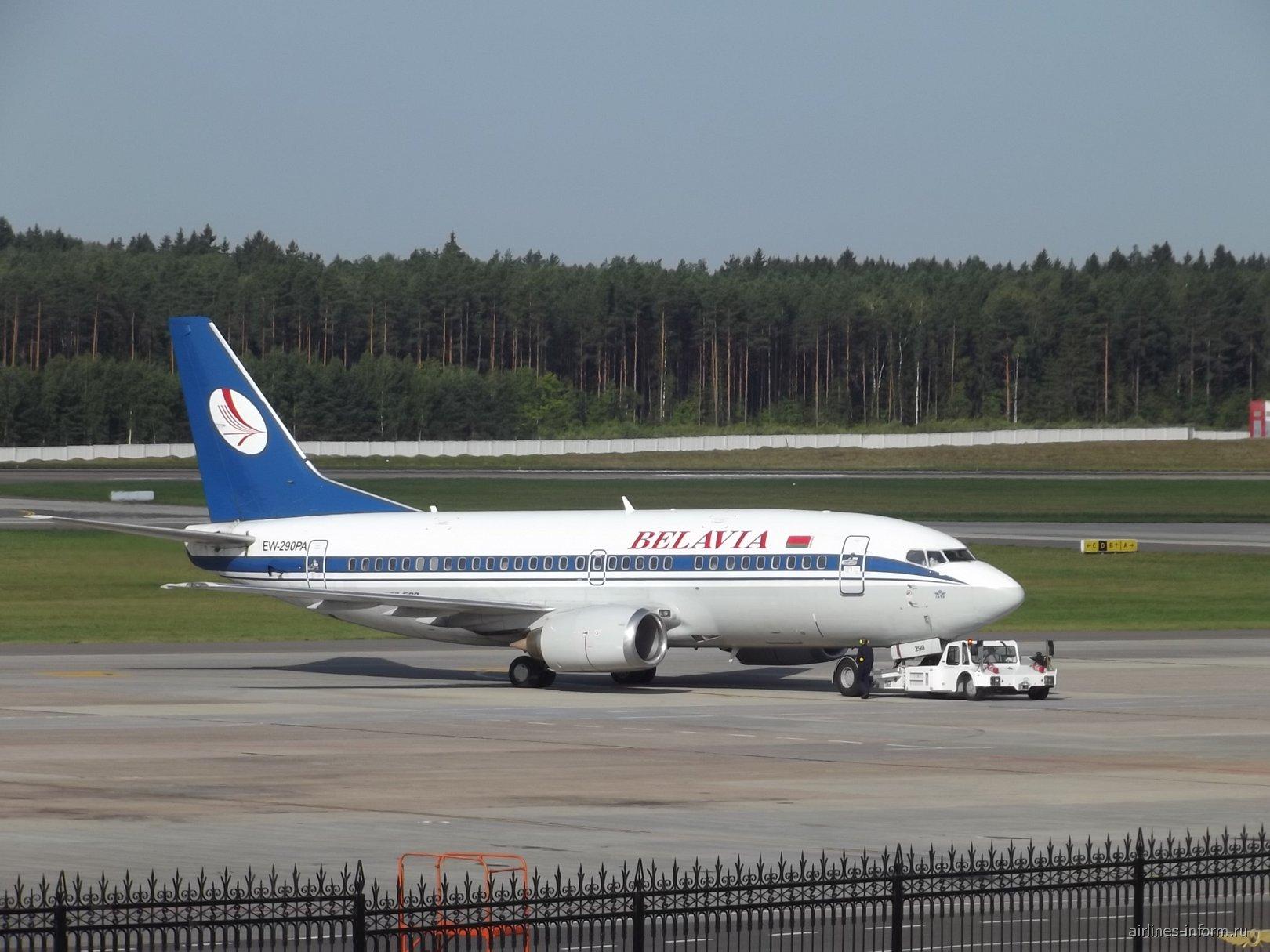 Boeing 737-500 EW-290PA буксирую для старта в Москву