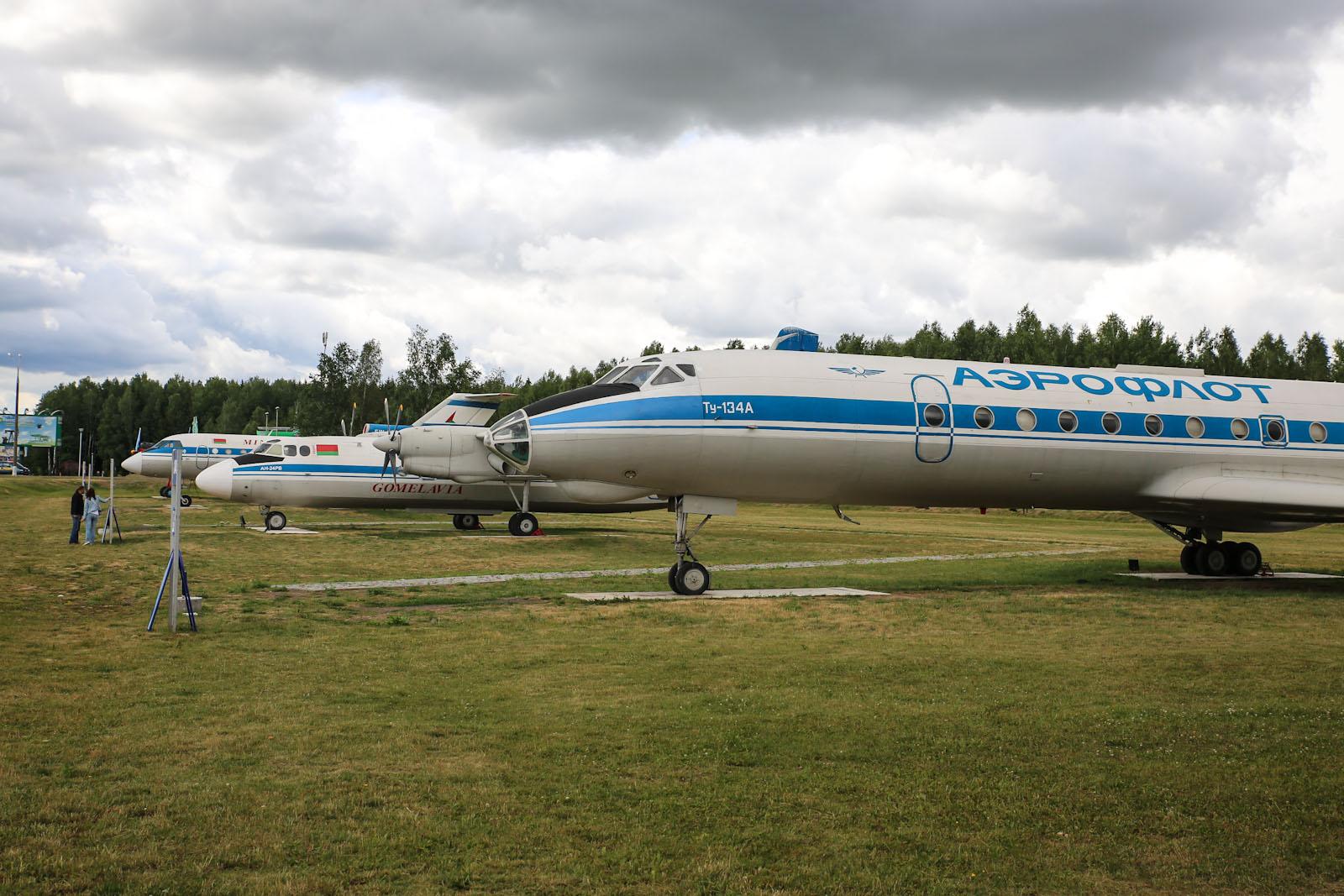 Самолеты на стоянке-музее в аэропорту Минск