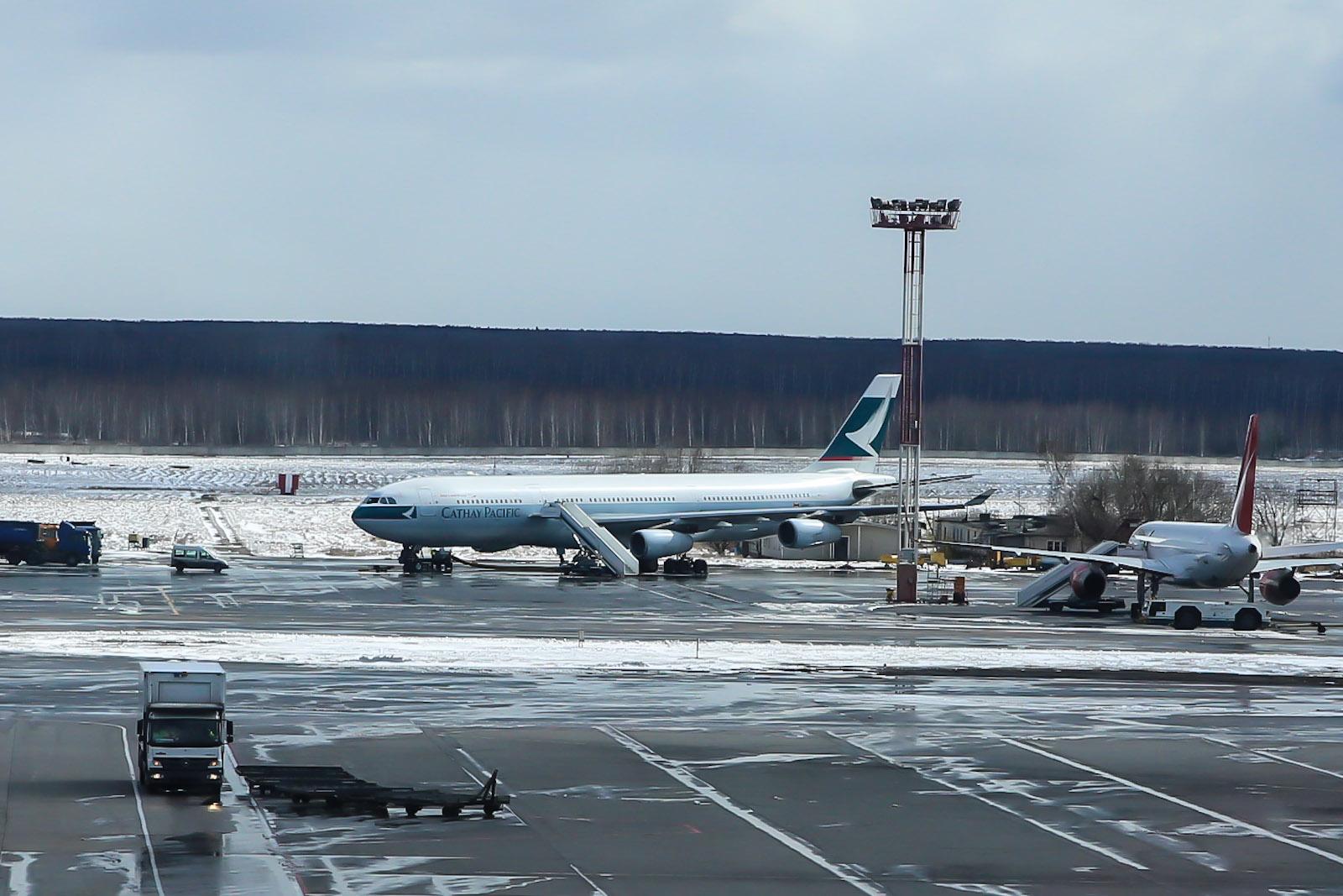 Airbus A340-300 B-HXI авиакомпани Cathay Pacific в аэропорту Домодедово