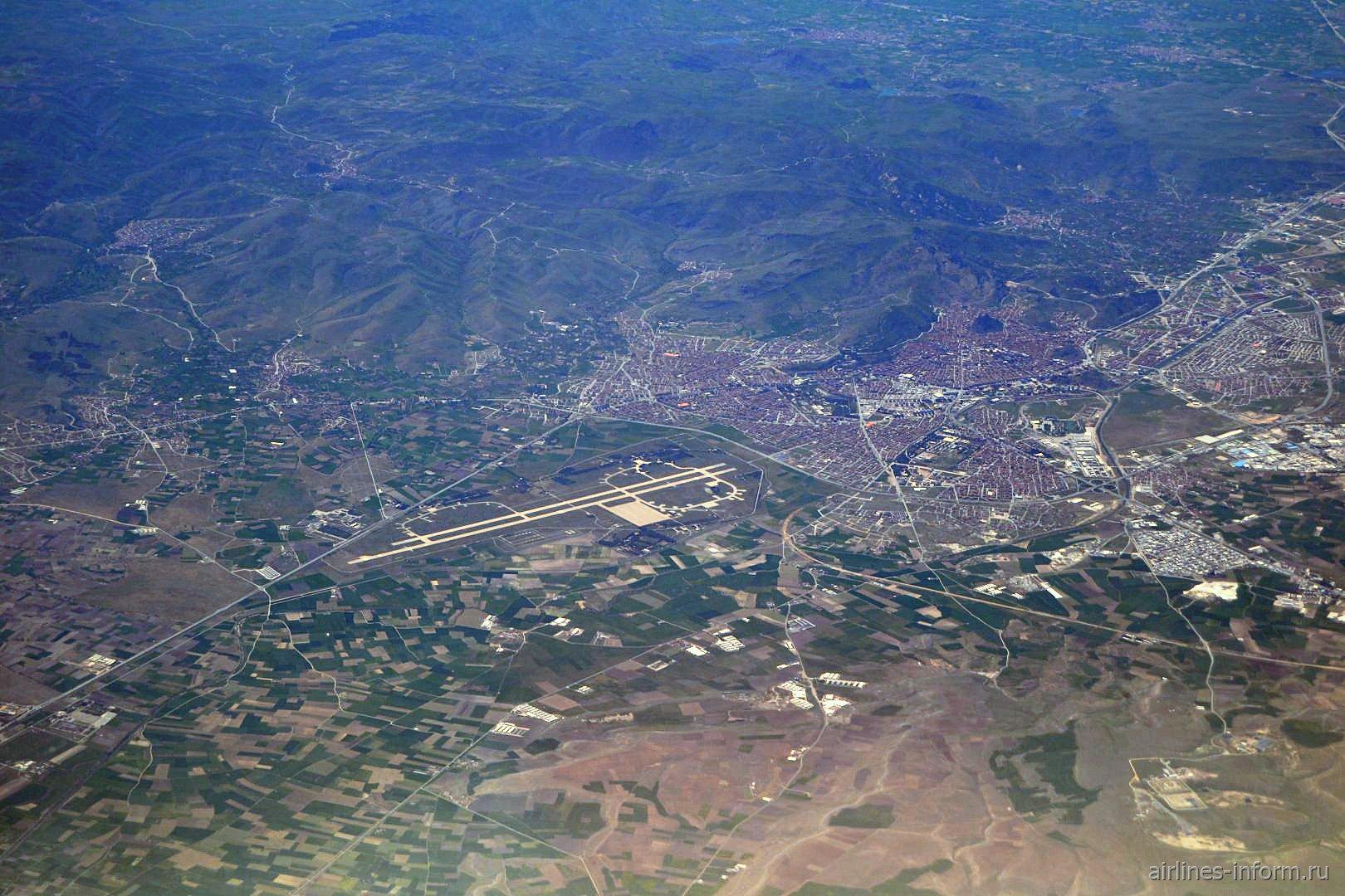 Военный аэродром на окраине города Афьон-Карахисар в Турции