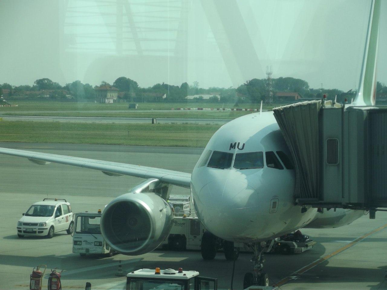 Около самолёта