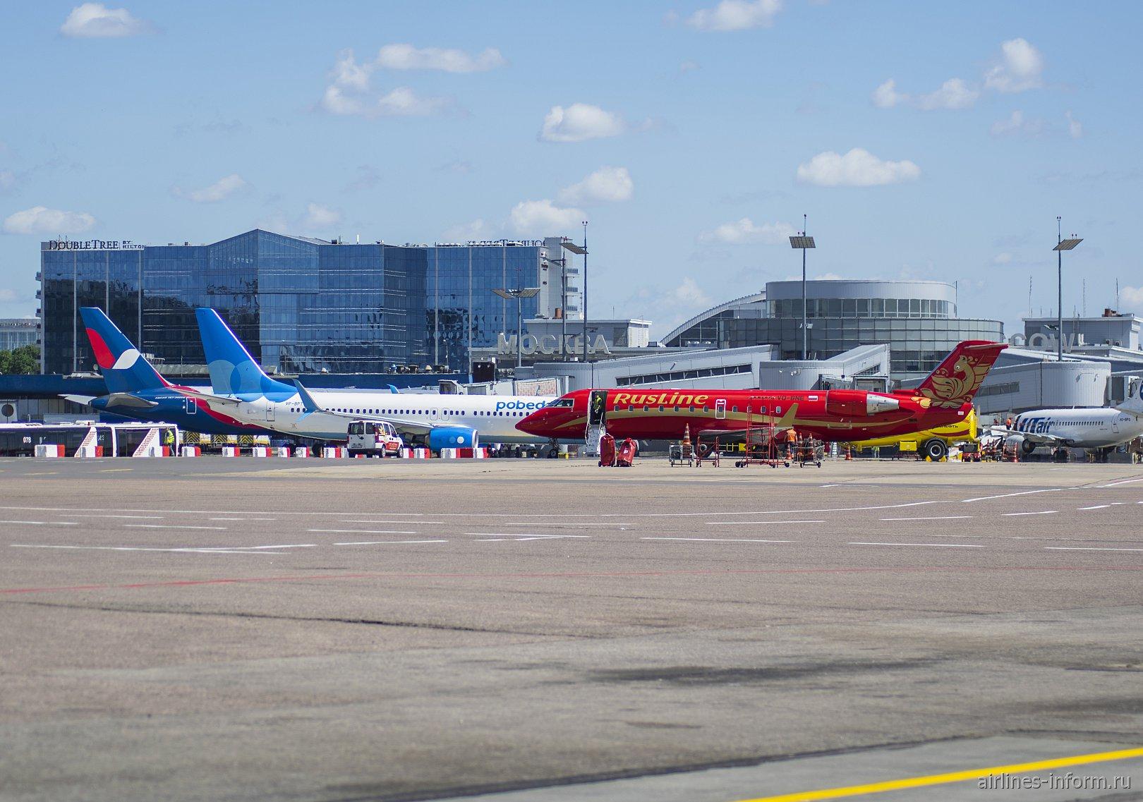 Авиалайнеры у терминала аэропорта Москва Внуково