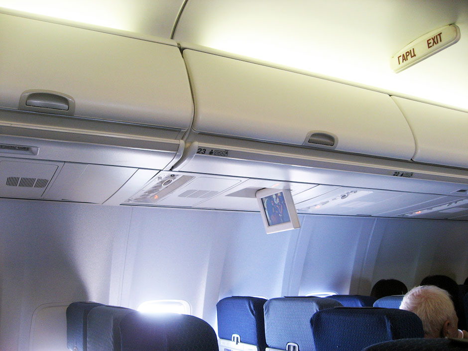 Багажные полки  в салоне самолета Боинг-737-800
