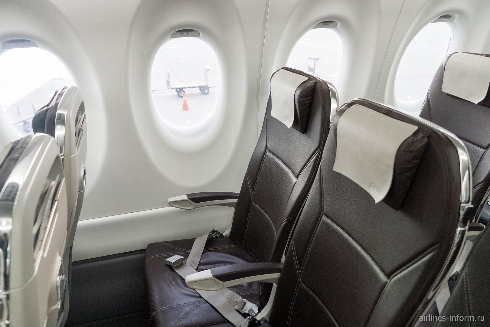Пассажирские кресла в самолете Bombardier CS300 авиакомпании SWISS