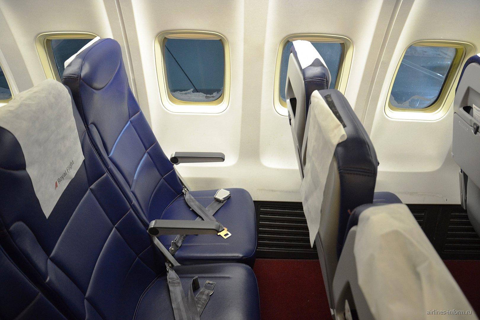 Пассажирские кресла в самолете Боинг-757-200 авиакомпании Royal Flight