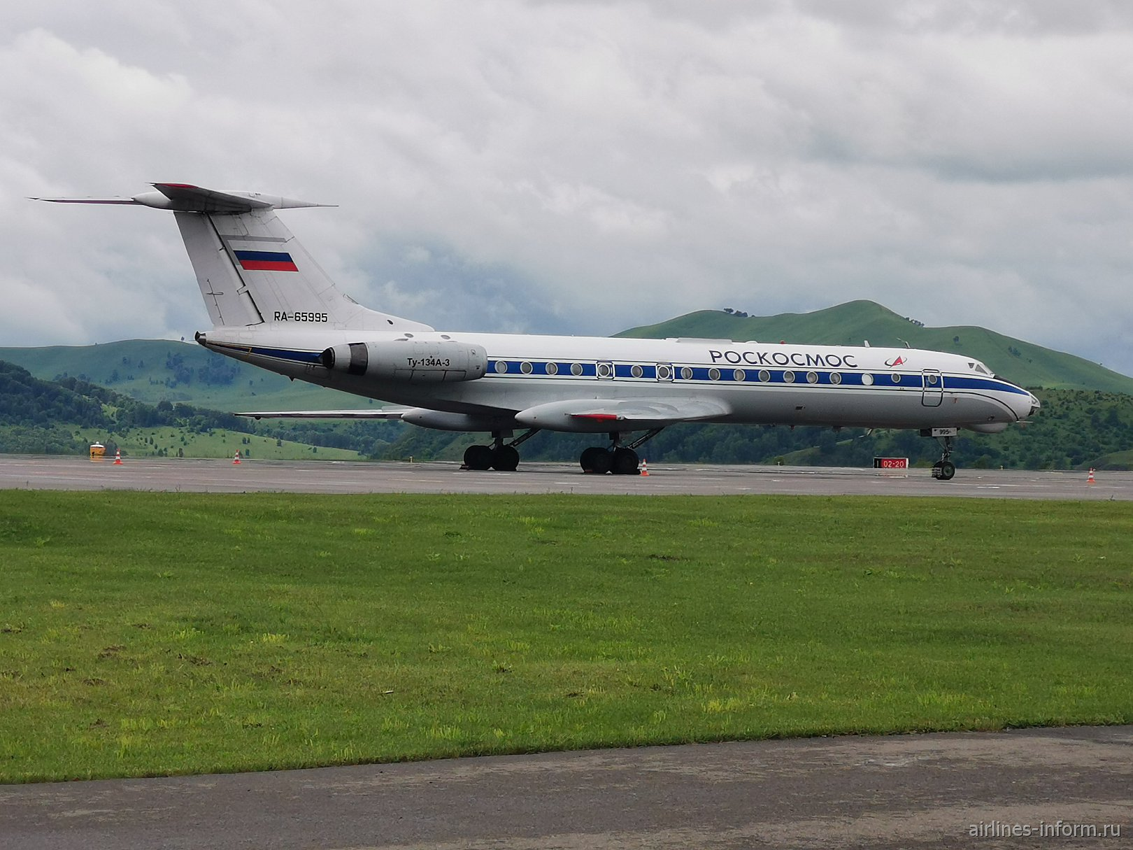 Самолет Ту-134 Роскосмоса в аэропорту Горно-Алтайска