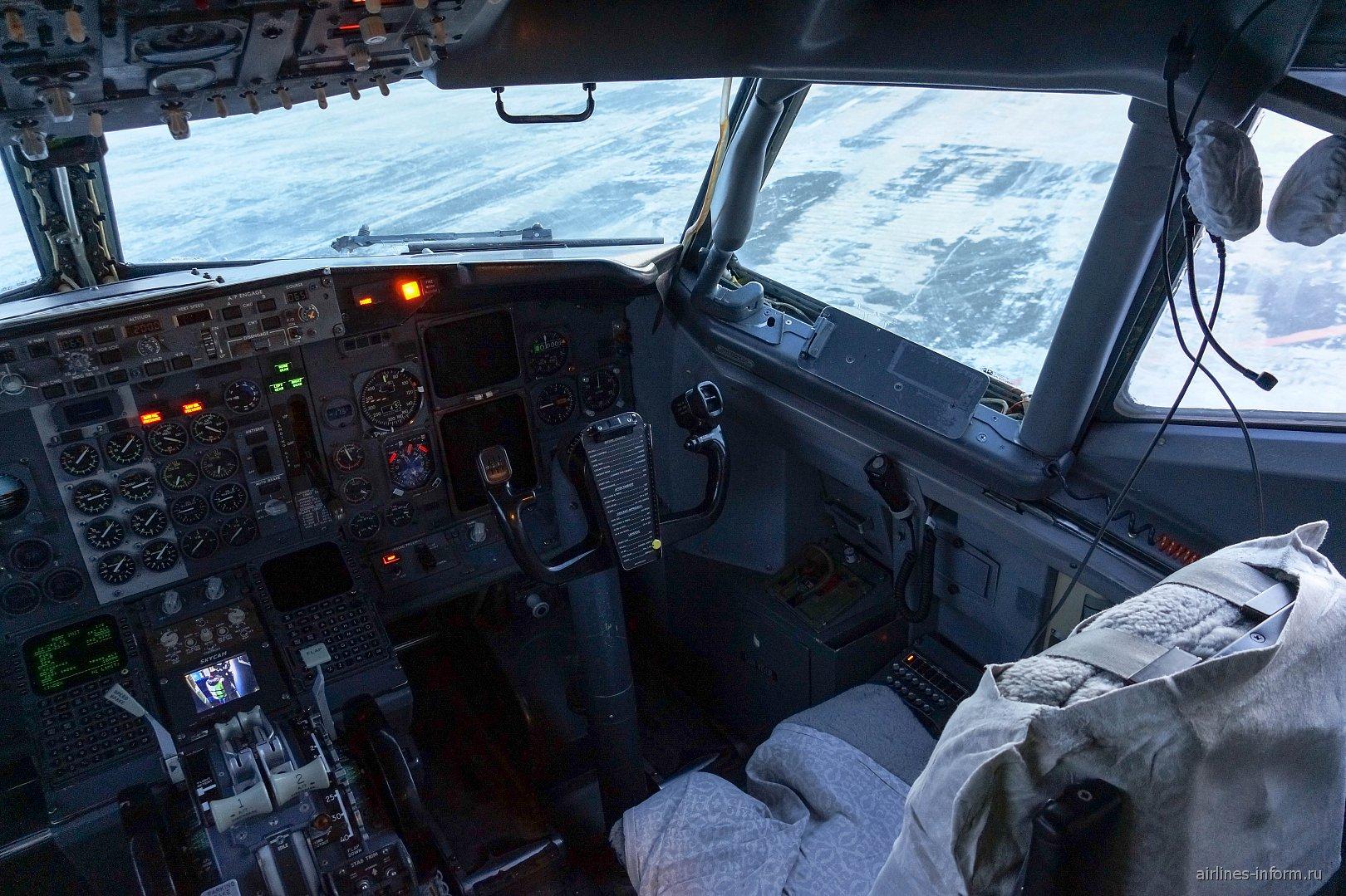 Место второго пилота в самолете Боинг-737-500