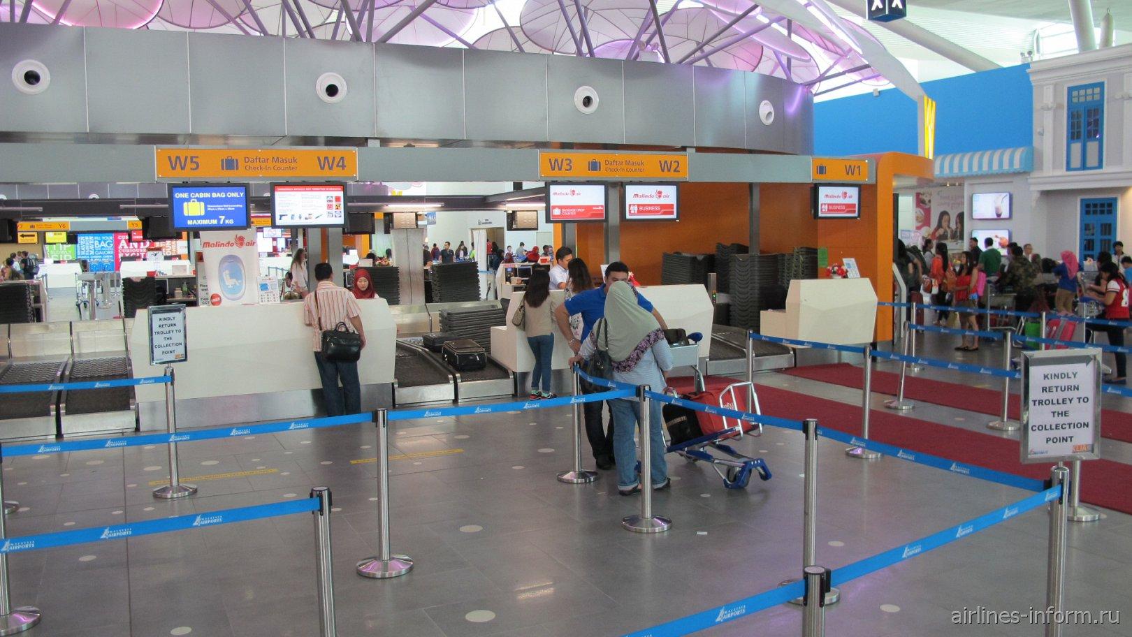 Стойки регистрации в лоукост-терминале KLIA2 аэропорта Куала-Лумпур