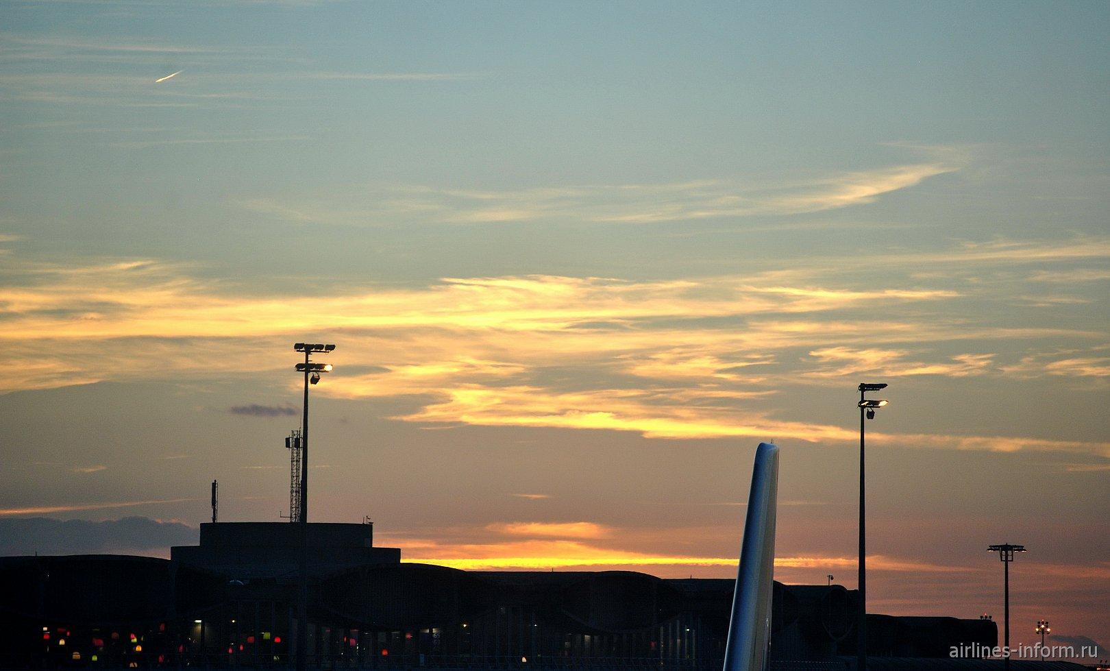 Закат в аэропорту Париж Шарль-де-Голль