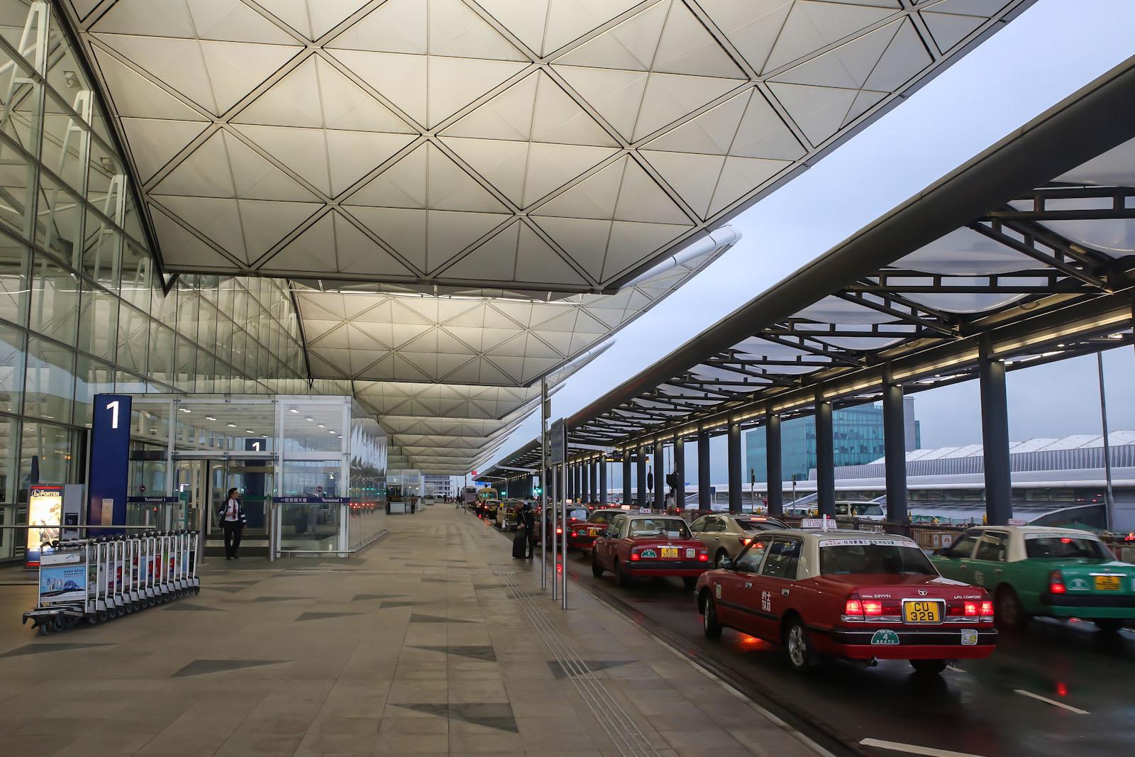 Коллоны такси на входе в терминал 1 аэропорта Гонконг