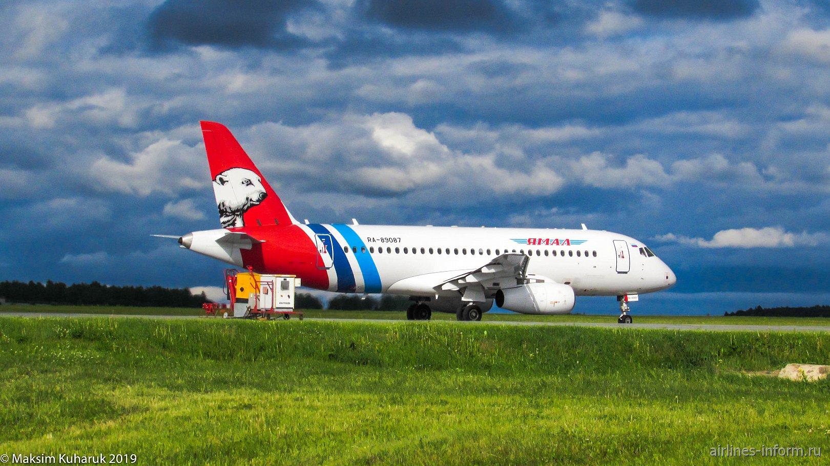 """Самолет Суперджет-100 RA-89087 авиакомпании """"Ямал"""" в аэропорту Тюмень Рощино"""