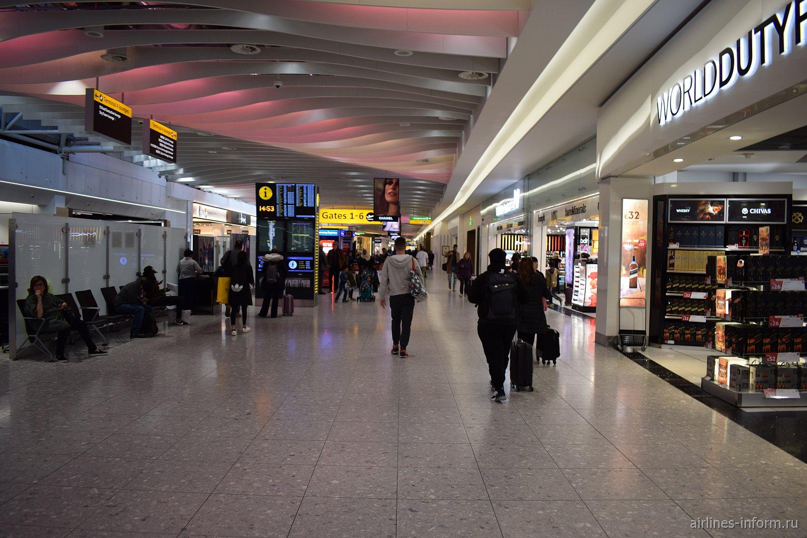 В чистой зоне терминала 4 аэропорта Лондон Хитроу