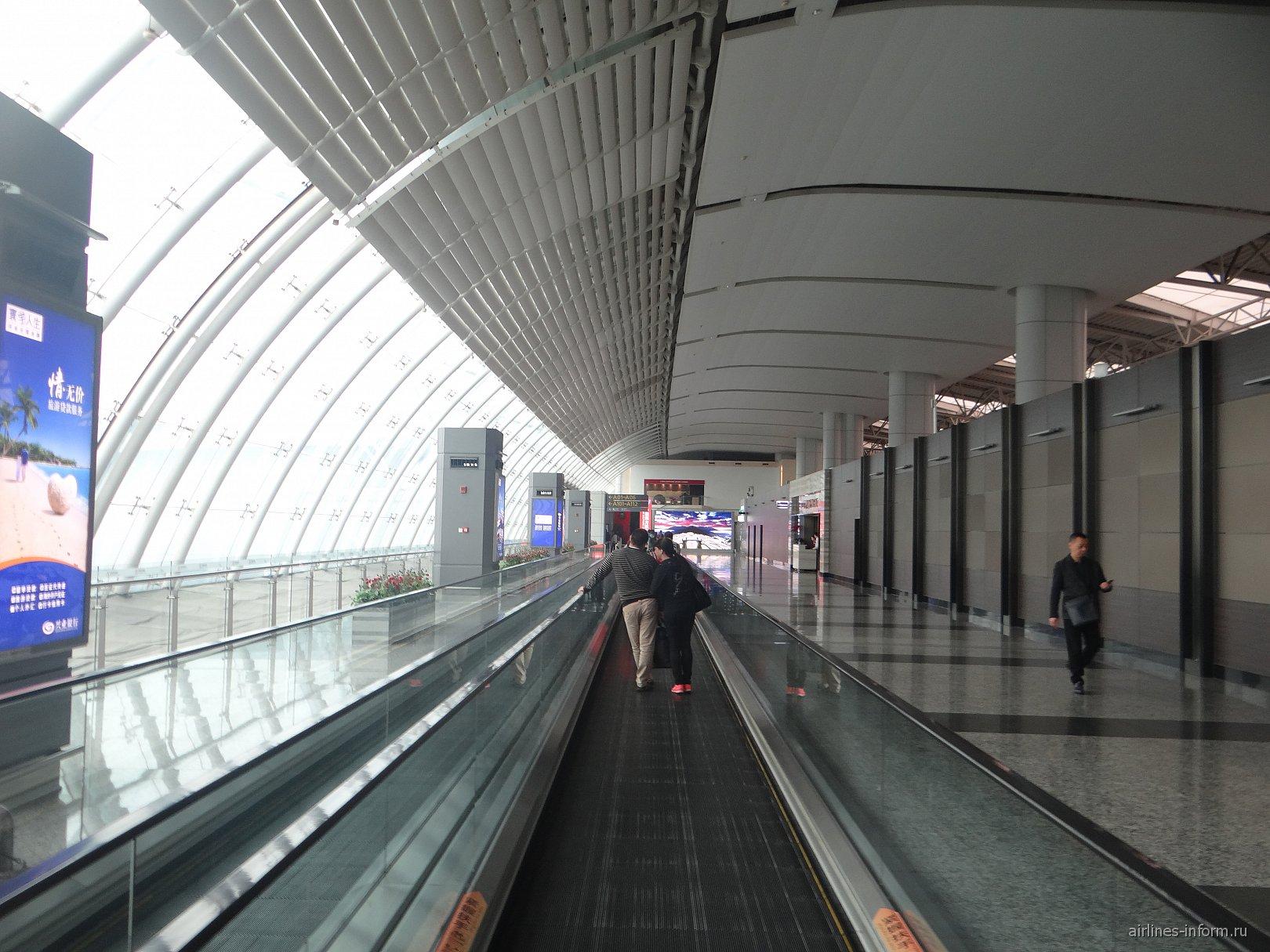 Переход в чистой зоне аэропорта Гуанчжоу Байюнь