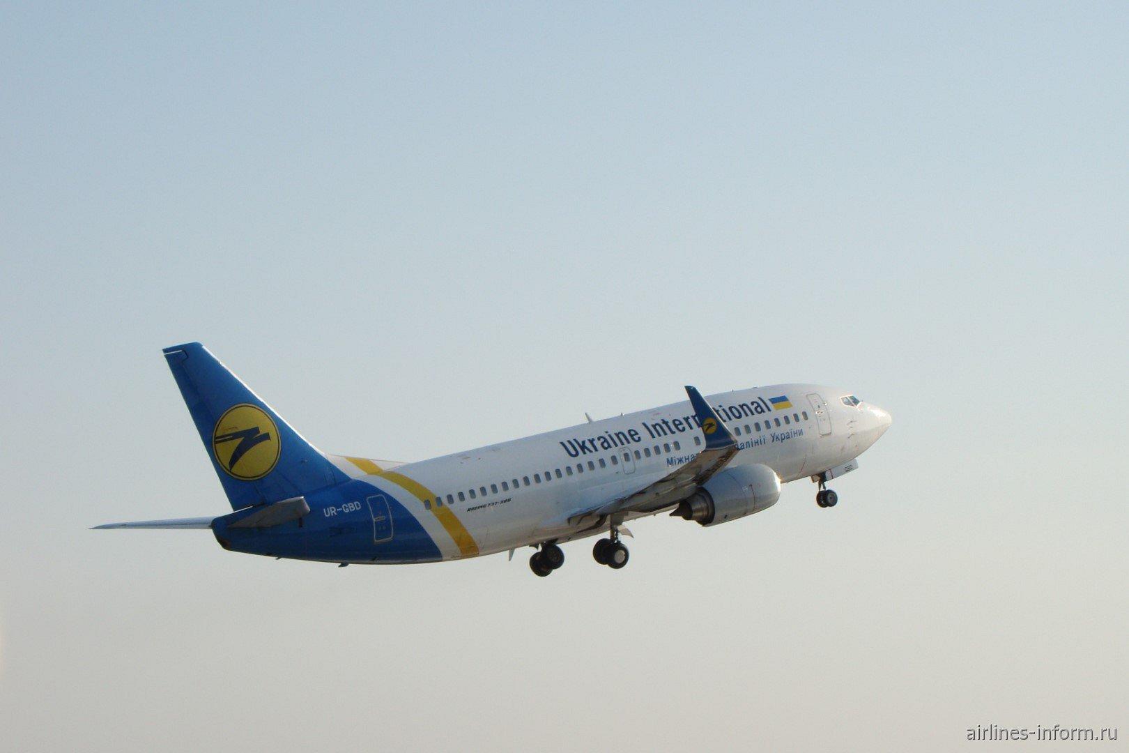 Взлет Боинга-737-300 Международных авиалиний Украины