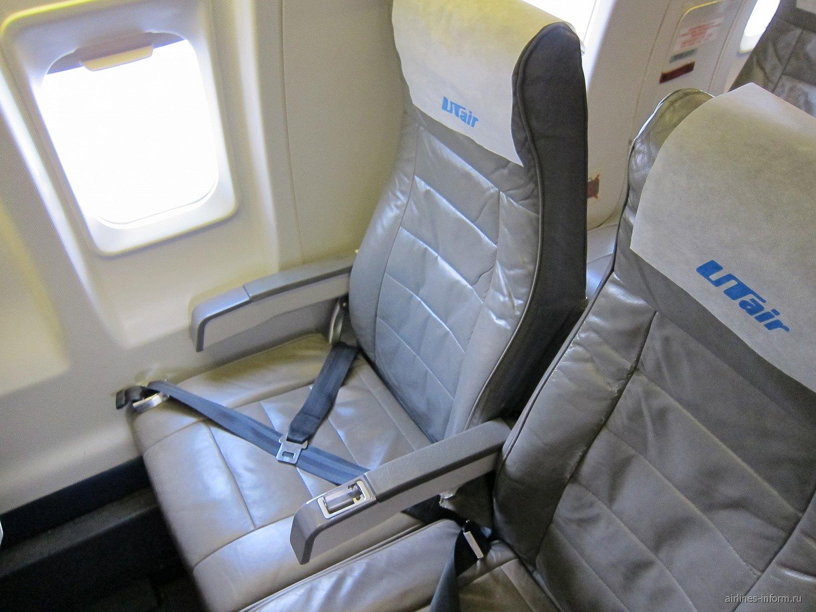 Пассажирские кресла в самолете Bombardier CRJ200 авиакомпании UTair