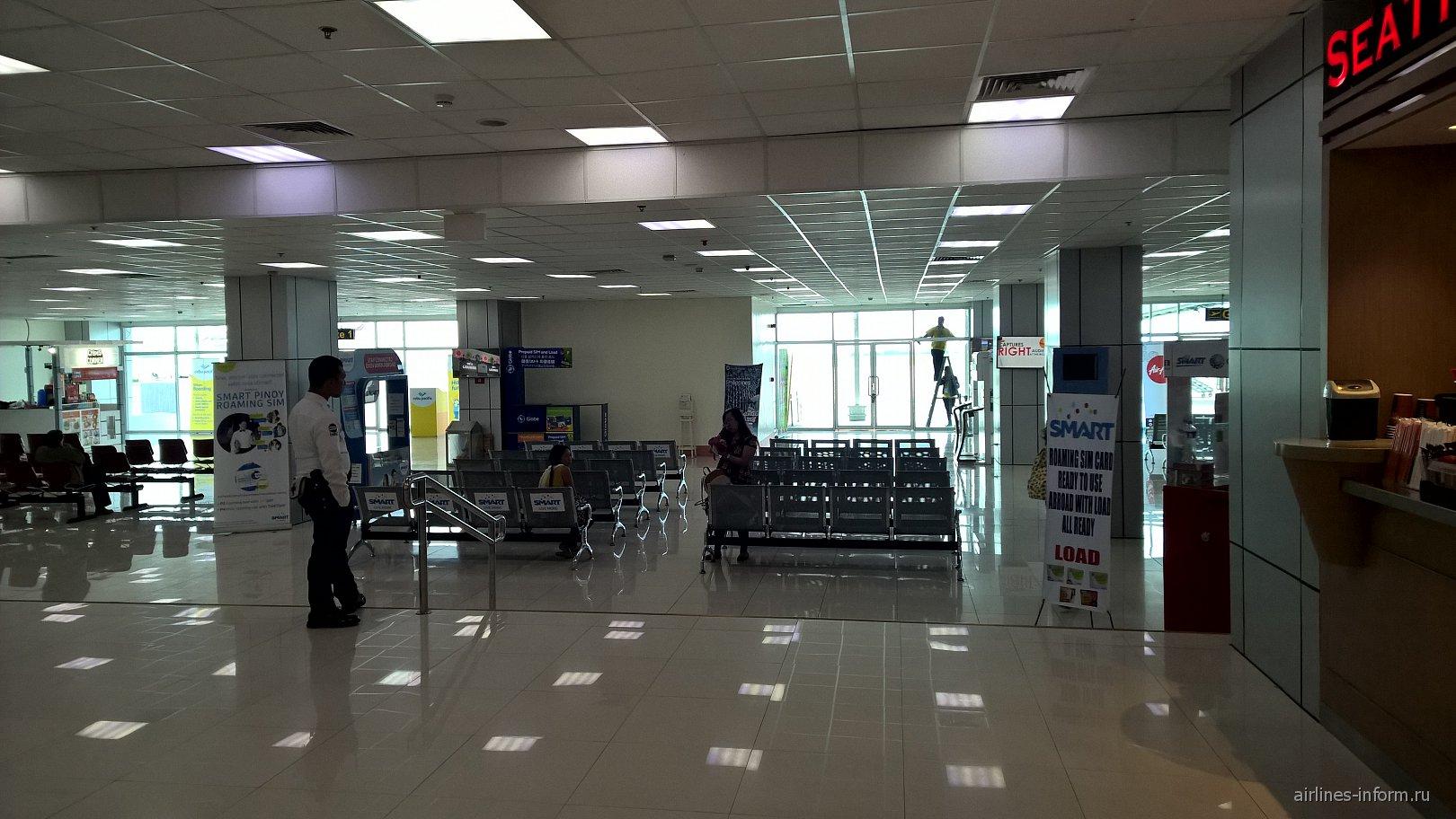Зал ожидания для пассажиров бюджетных авиалиний на 1-м этаже аэропорта Кларк