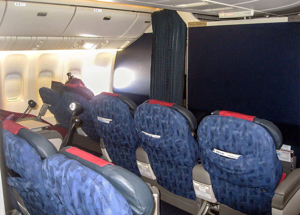 Салон бизнес-класса самолета Боинг-777-200 авиакомпании Трансаэро