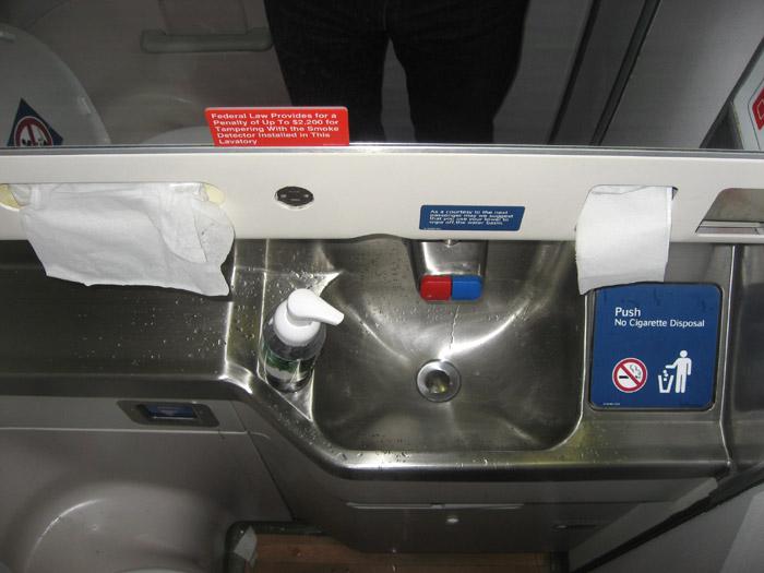 Туалет самолета Боинг-737-800 авиакомпании Дельта