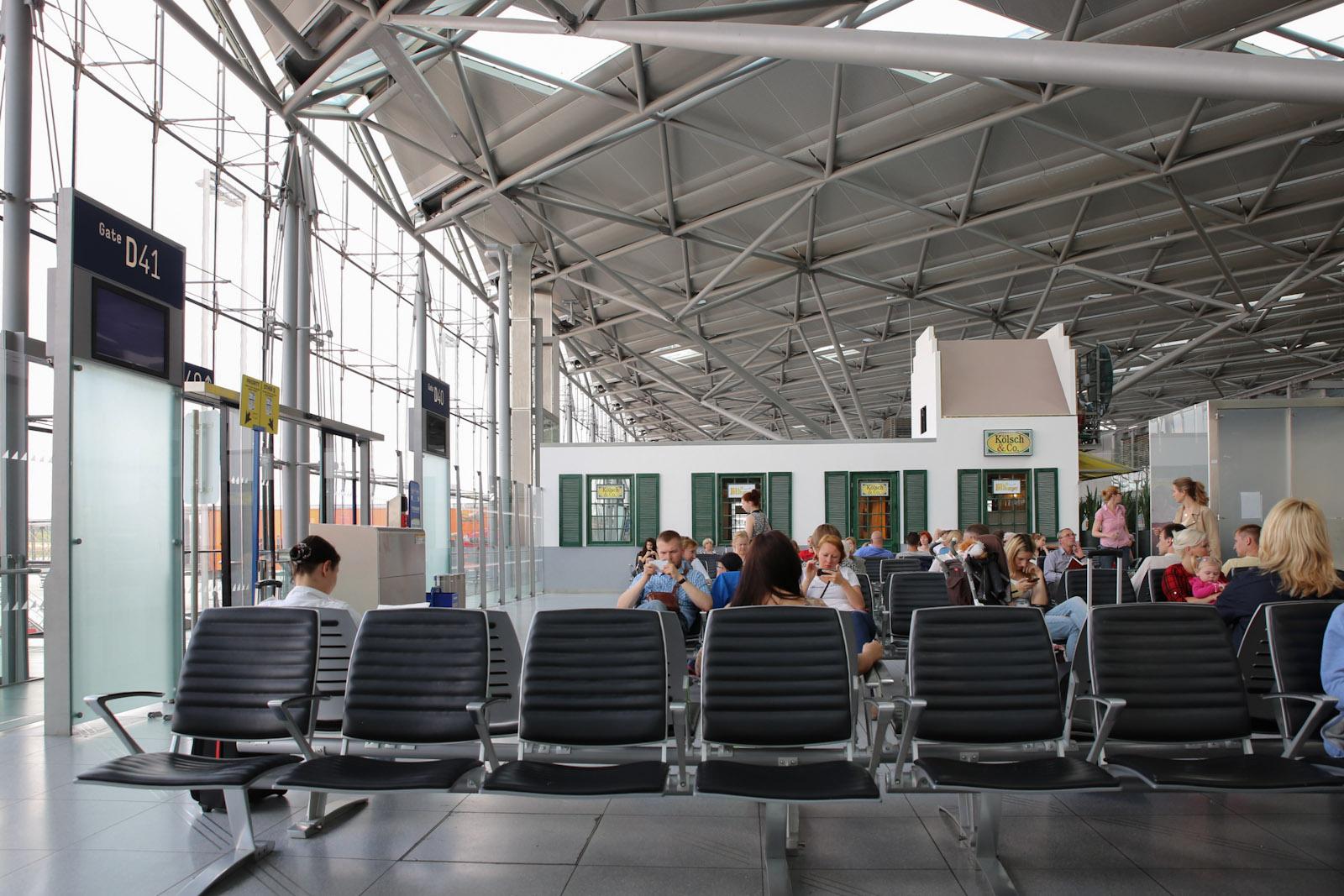 Накопитель перед выходом на посадку в терминале 2 аэропорта Кёльн