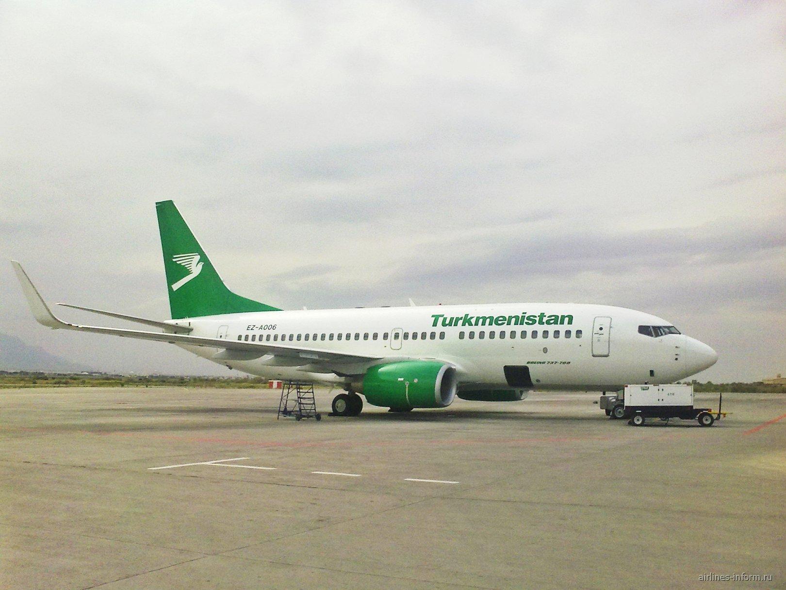 Boeing 737-700 Туркменских авиалиний в аэропорту Ашхабада