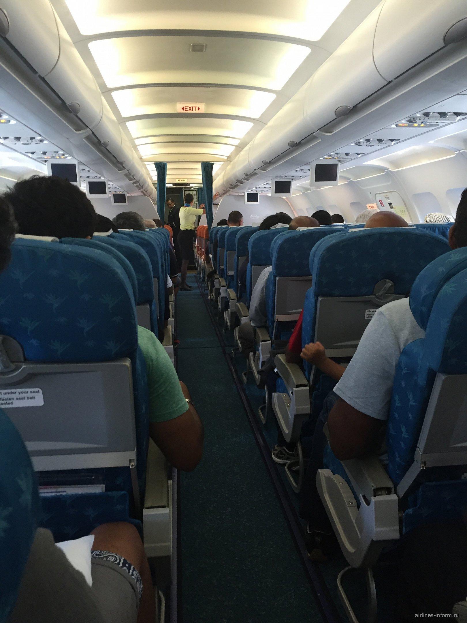 Пассажирский салон самолета Airbus A319 авиакомпании Air Mauritius