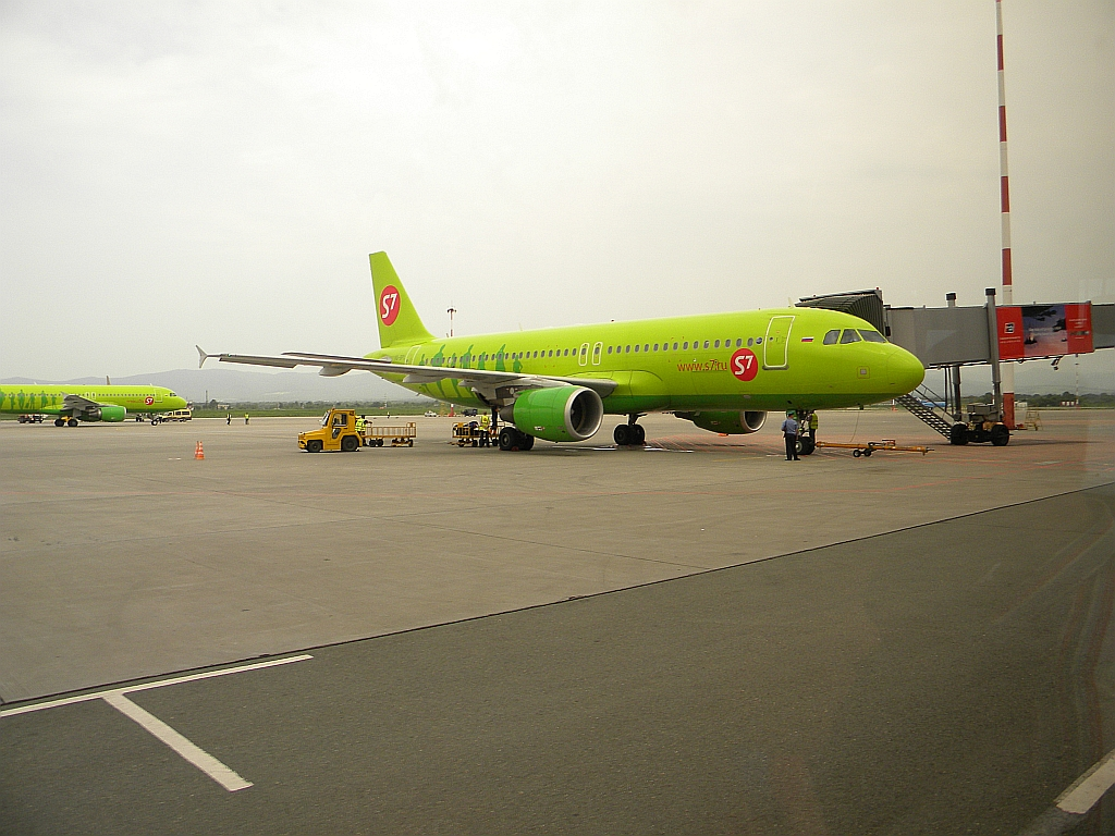 Airbus A320 авиакомпании S7 Airlines в аэропорту Владивостока