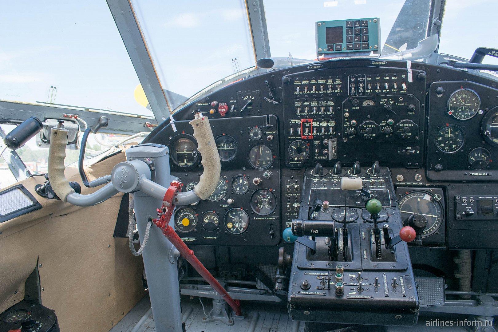 Приборная панель в кабине самолета Ан-2