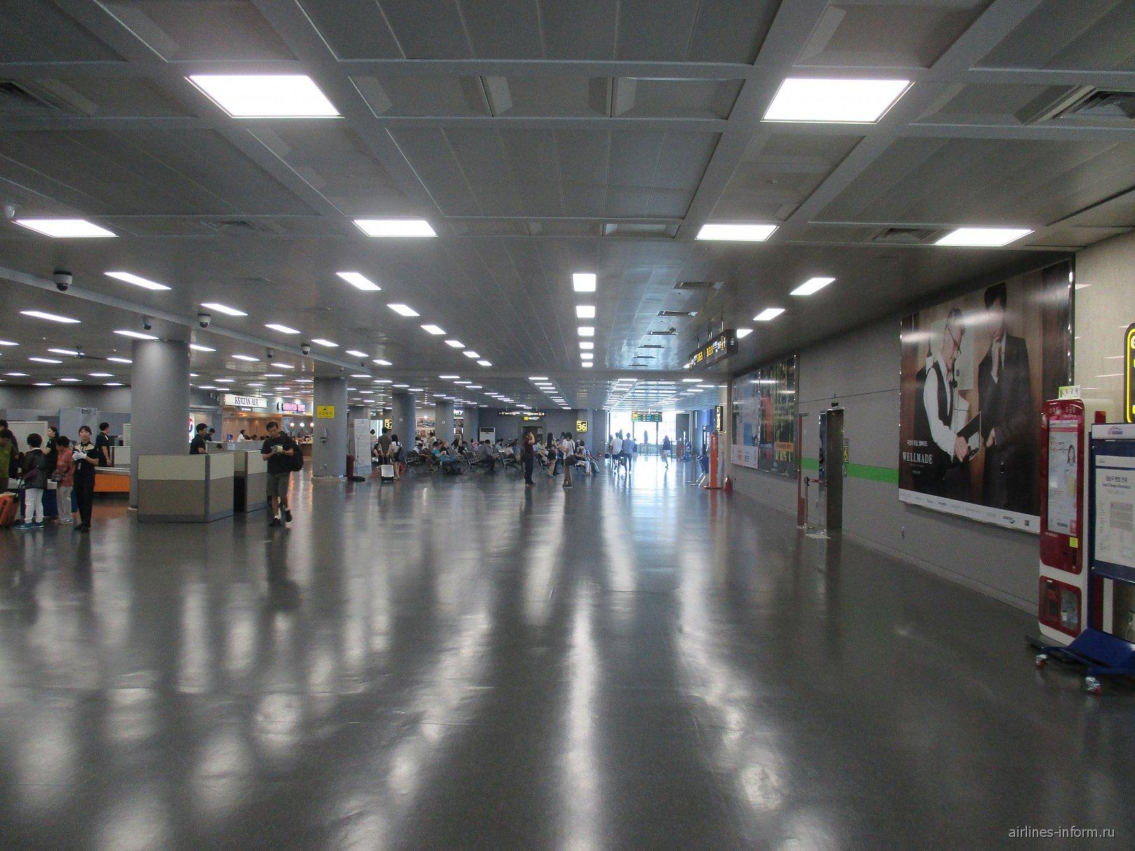 В чистой зоне терминала внутренних рейсов аэропорта Пусан Гимхэ