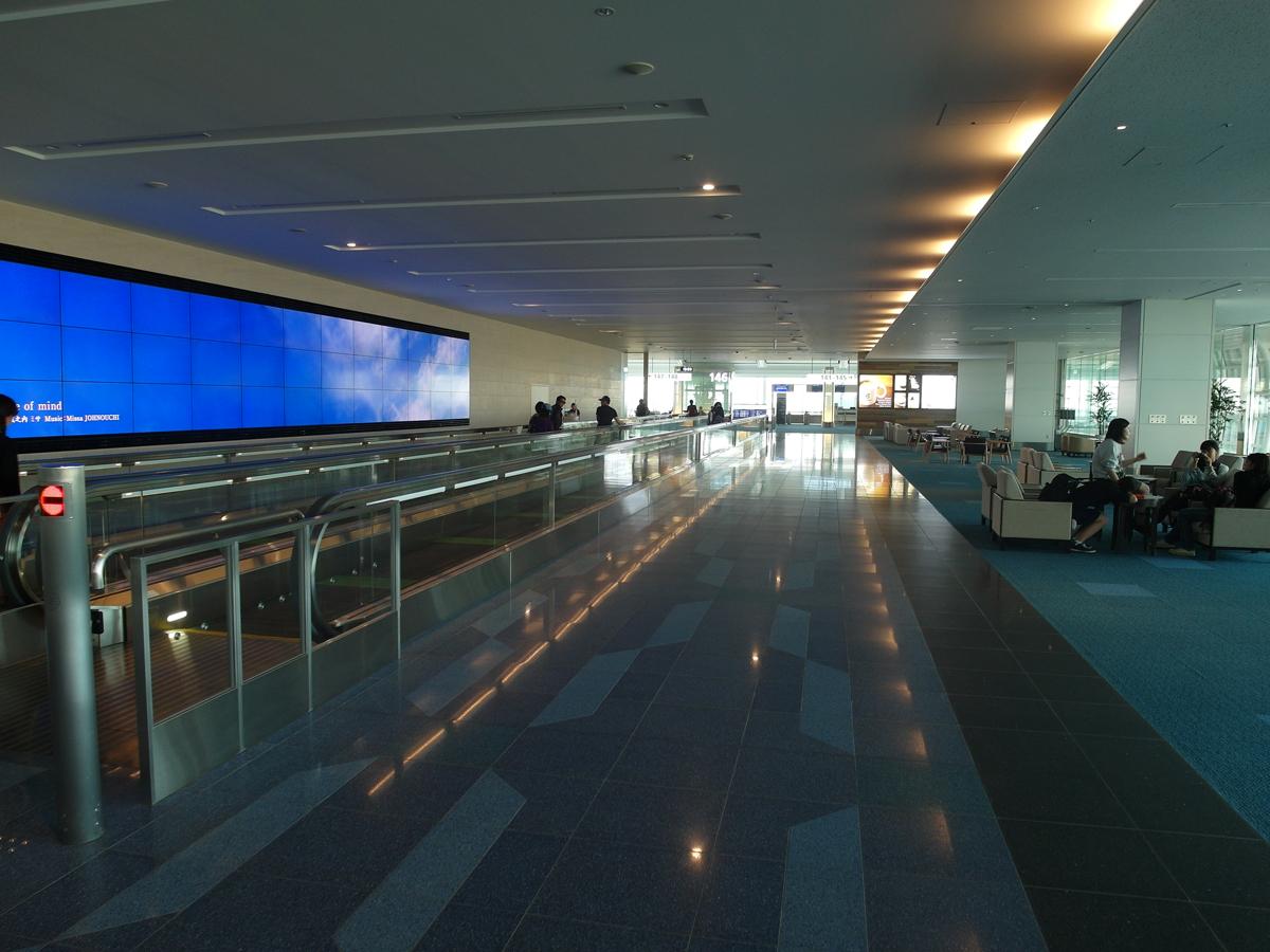 В чистой зоне международного терминала 2 аэропорта Токио Ханеда