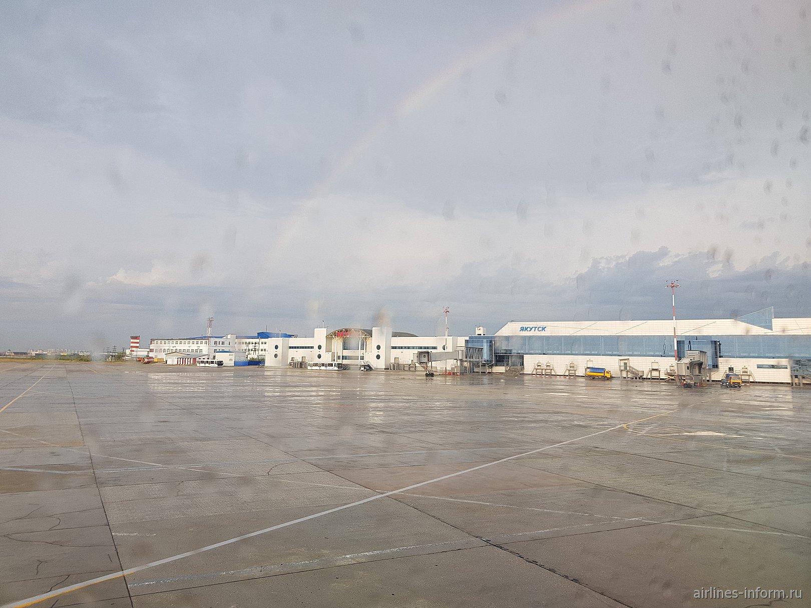 Вид с перрона на международный и внутренний терминалы аэропорта Якутск