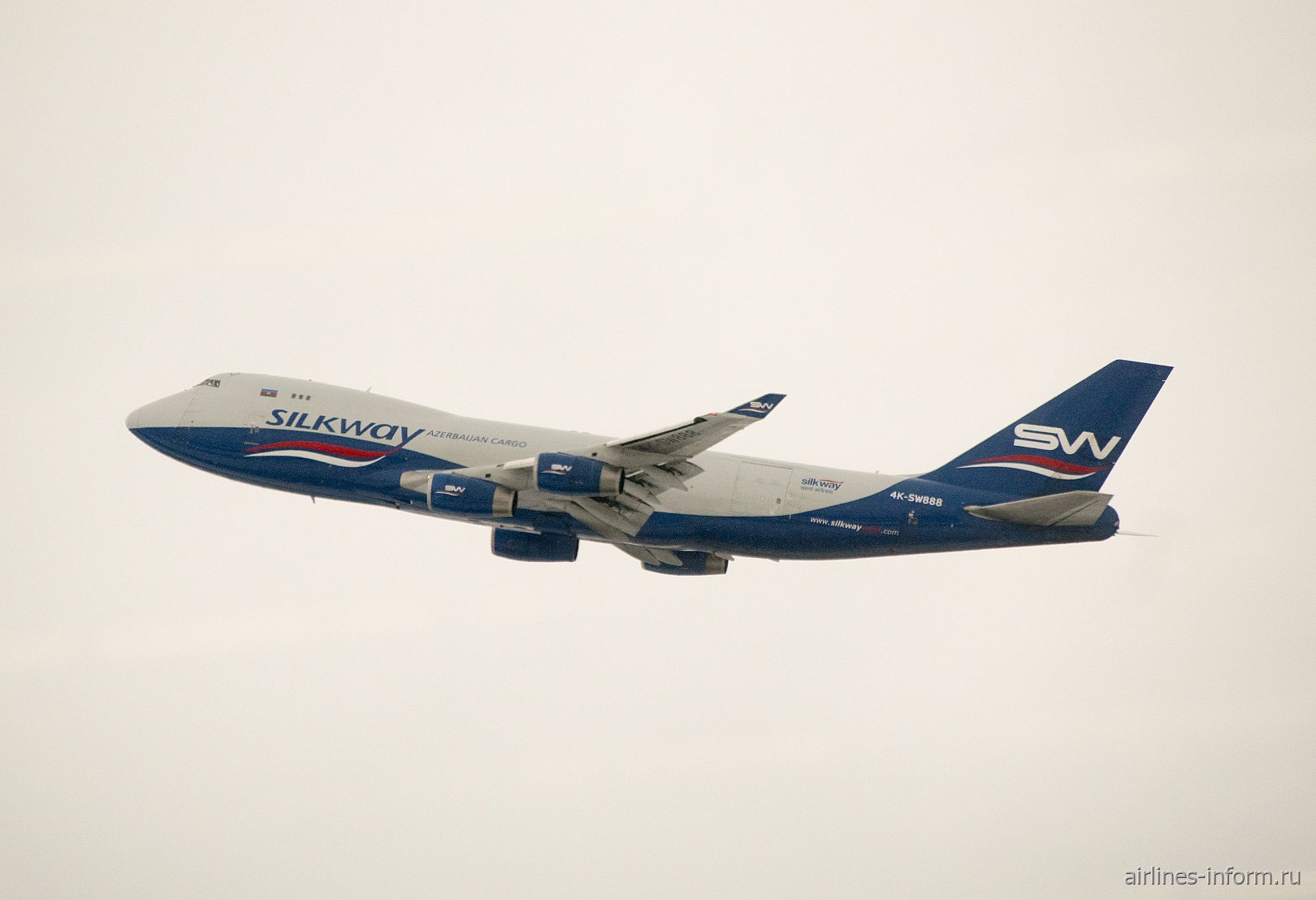 Взлет самолета Boeing 747-400F авиакомпании Silkway
