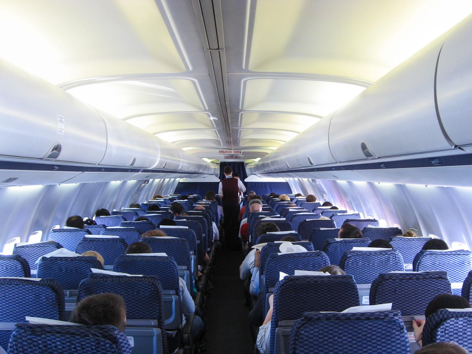 Пассажирский салон в самолете Боинг-737-500 авиакомпании ЮТэйр