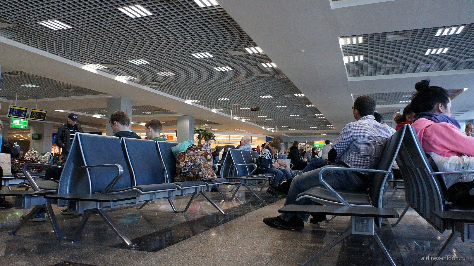 Зал ожидания в терминале 2 аэропорта Хургада