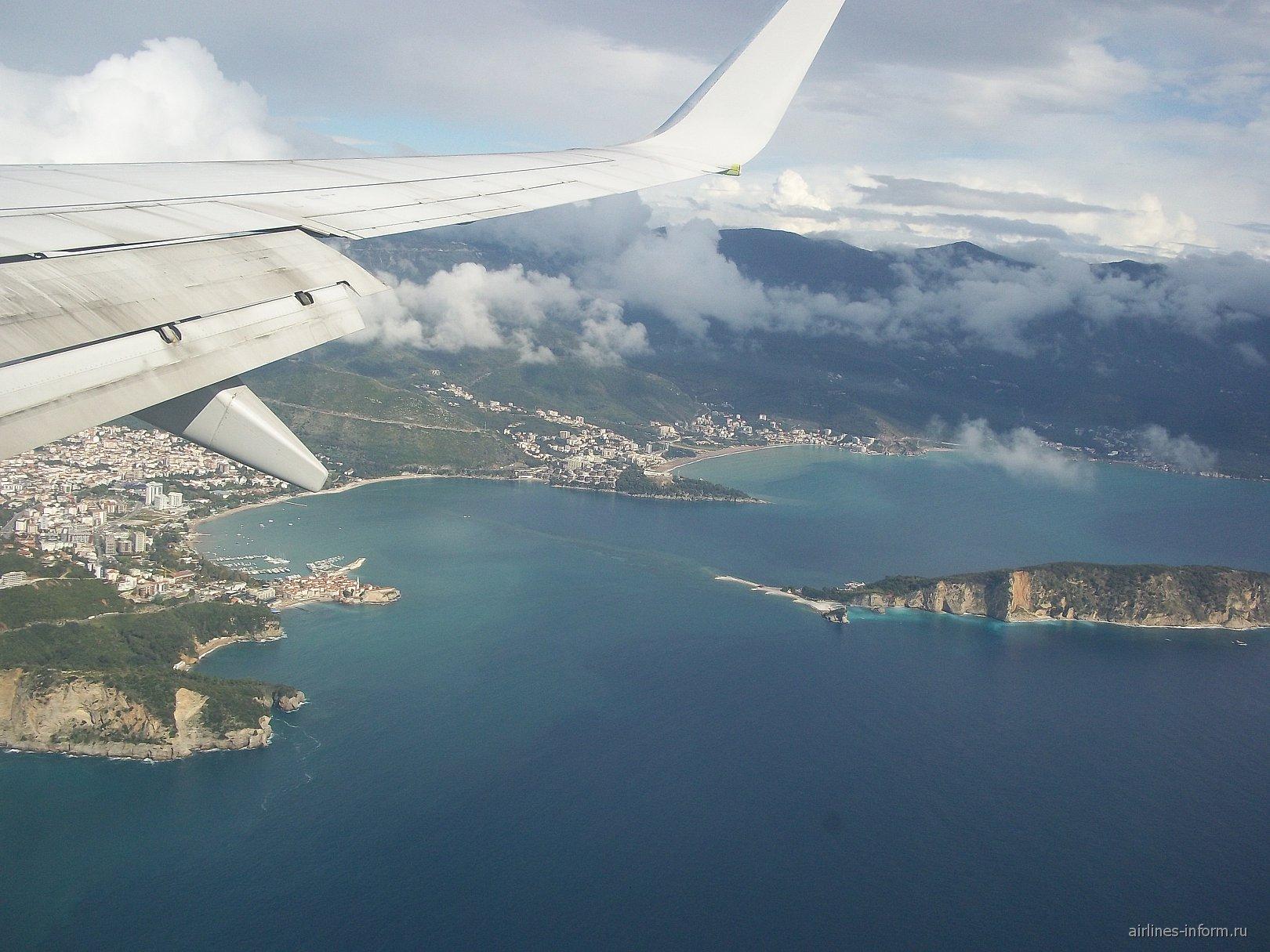 Полет над Будванской бухтой перед посадкой в аэропорту Тиват
