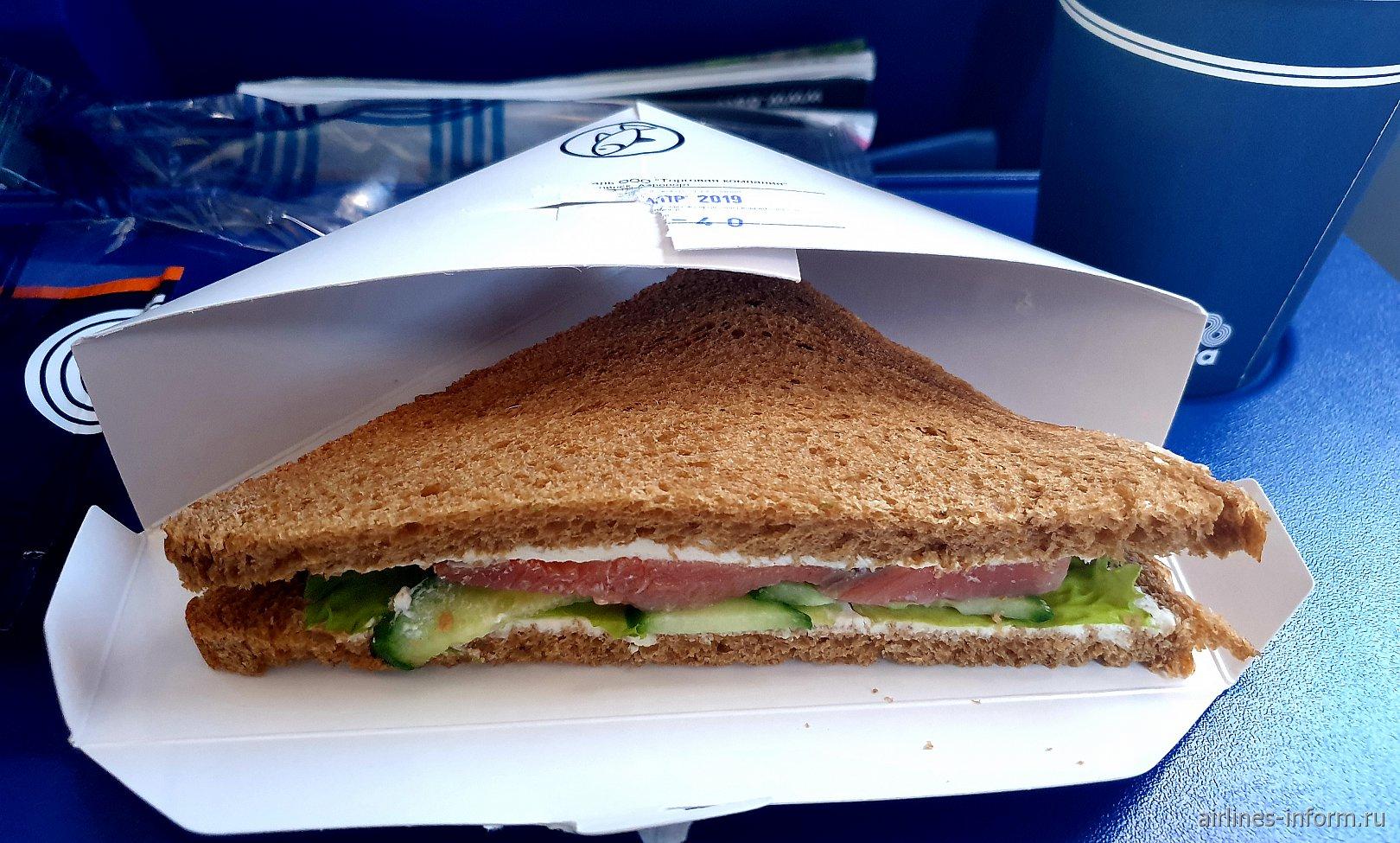 """Сэндвич с овощами и рыбой на рейсе Южно-Сахалинск-Хабаровск авиакомпании """"Аврора"""""""